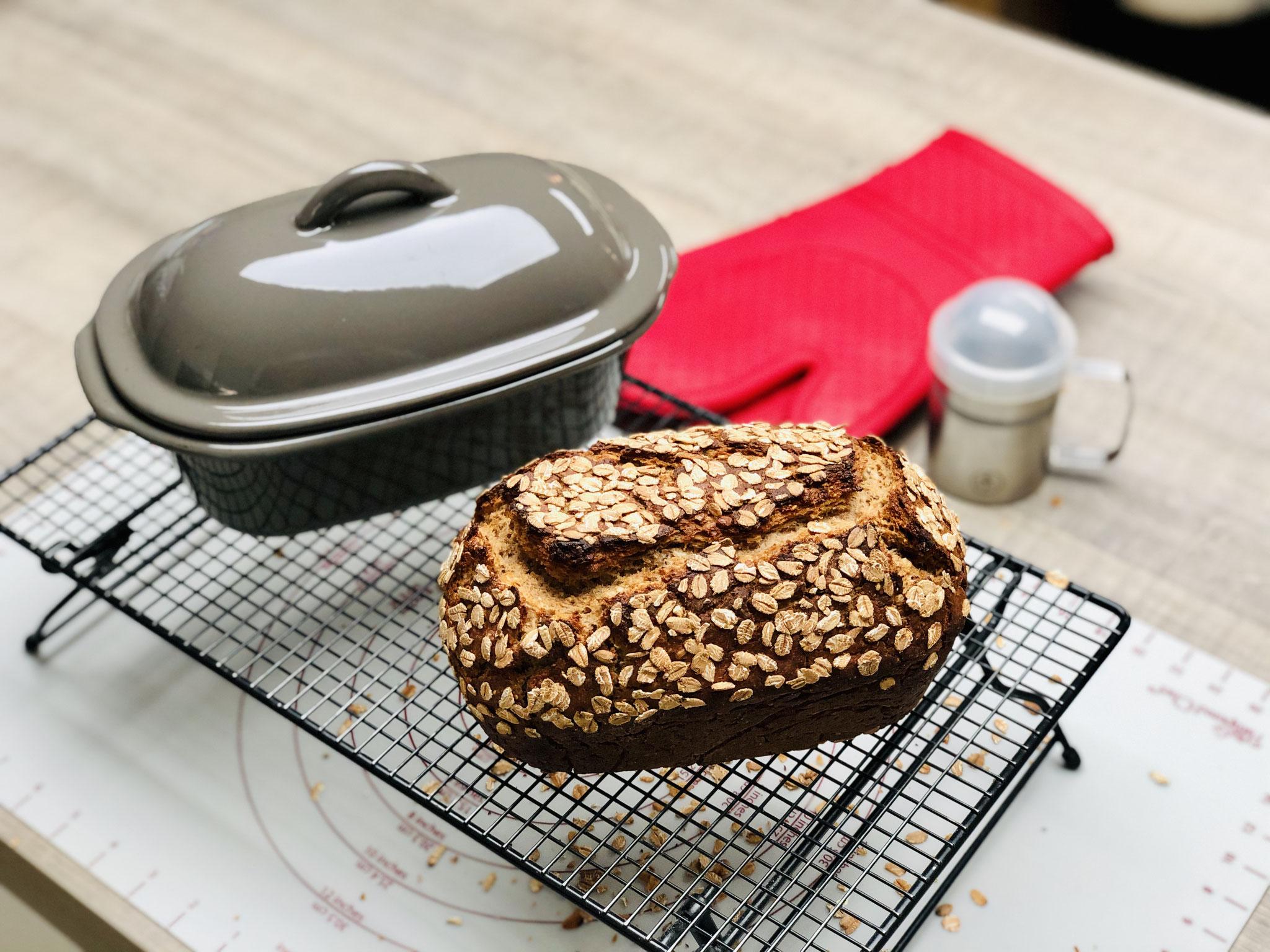 Nach dem Backen das Brot sofort auf das Pampered Chef® Kuchengitter/Auskühlgitter stürzen und gut auskühlen lassen.