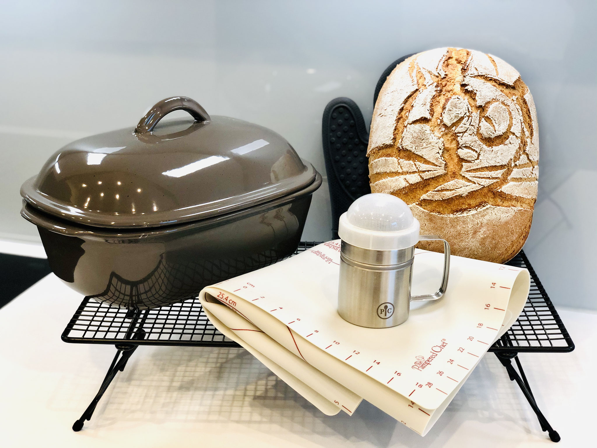 Natürlich dürfen die vielen Pampered Chef Helferlein bei der Zubereitung fehlen wie z.B. : Streufix, Teigunterlage, Kuchengitter auf Füssen und die Silikonhandschuhe...