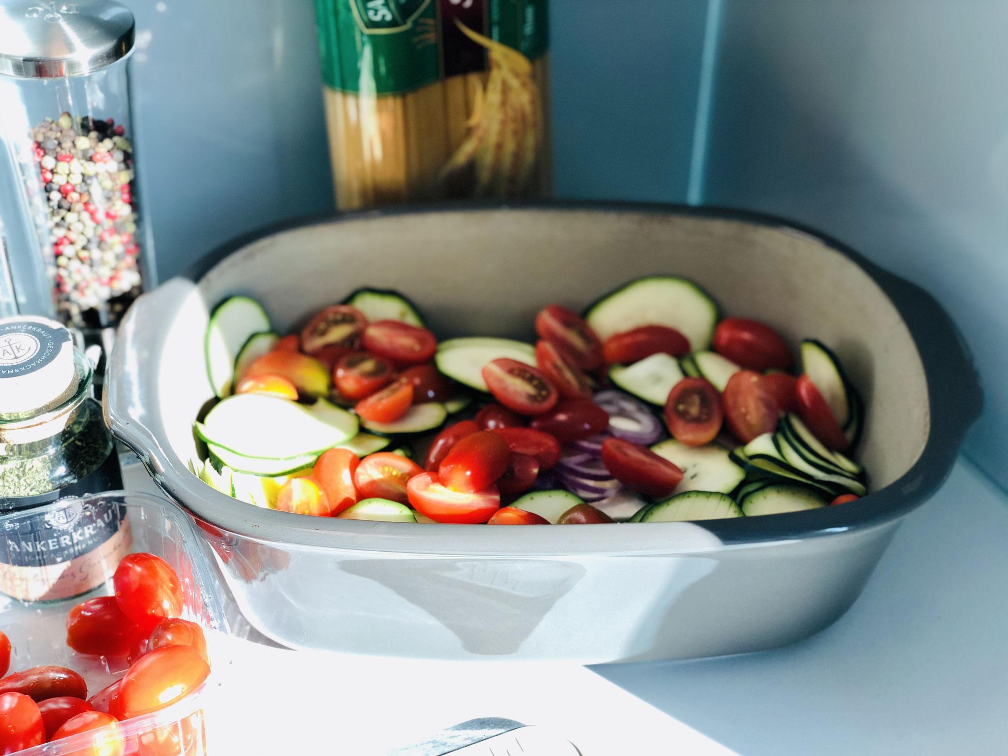 Tomaten halbieren und dazu geben.