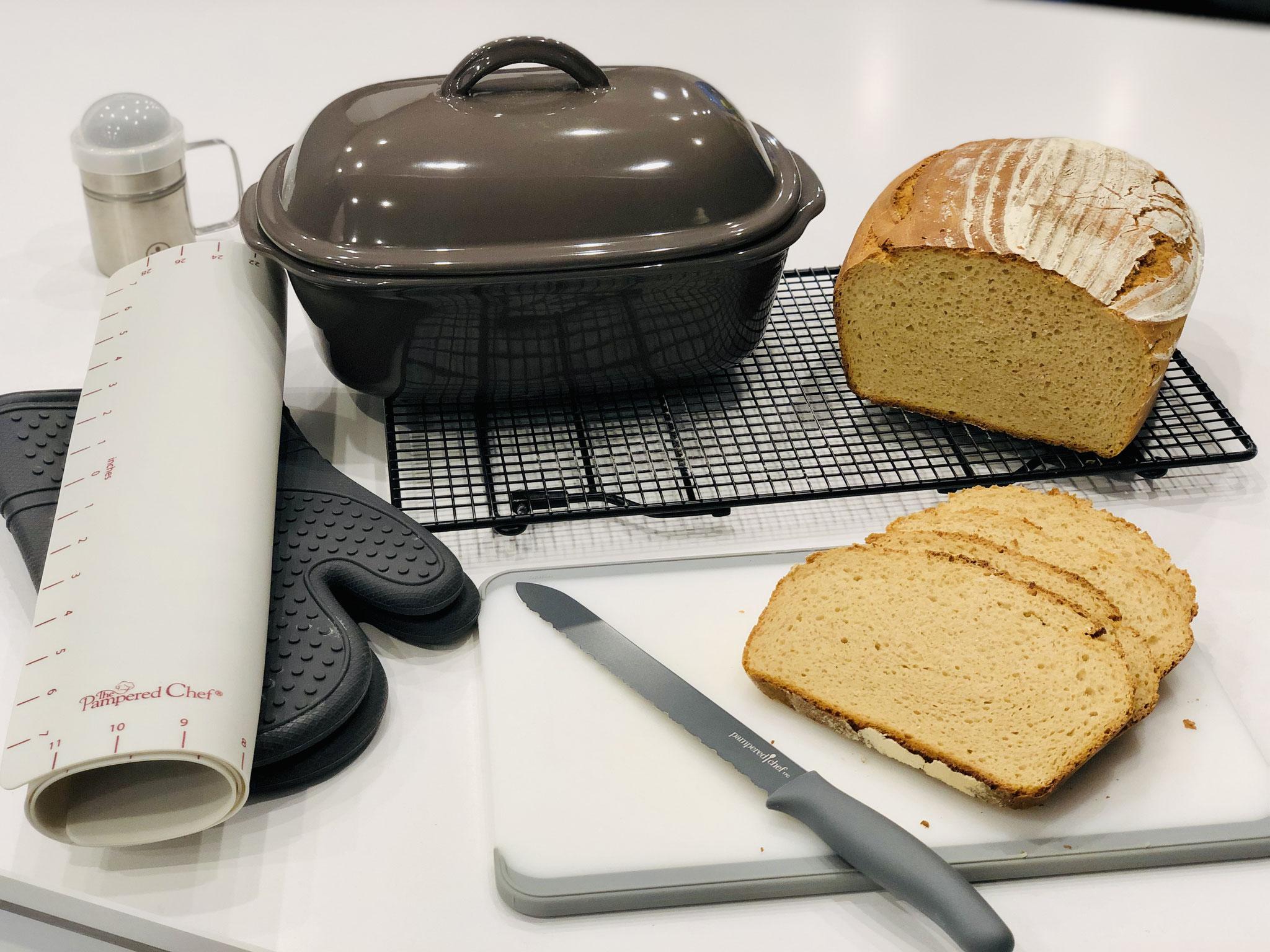 Hier siehst du den Anschnitt vom Brot. Mit dem Brotmesser grau von Pampered Chef, kannst du ganz leicht Brotscheiben schneiden...