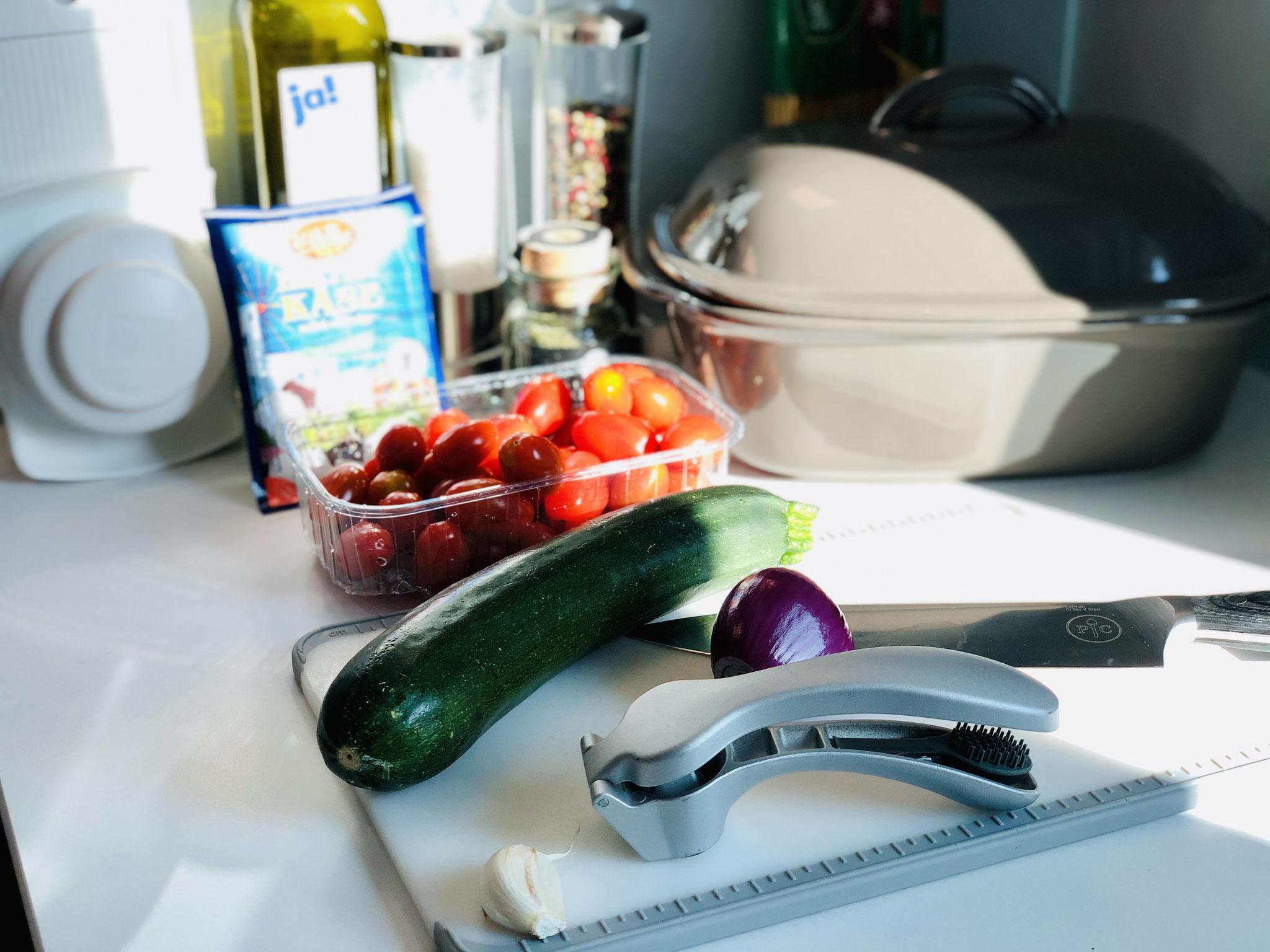 Hier siehst du wie ich alles für dieses Baked Feta Pasta Rezept vorbereite. Die Zwiebel und die Zucchini schneide ich mit dem kleinen Küchenhobel von Pampered Chef in Scheiben..