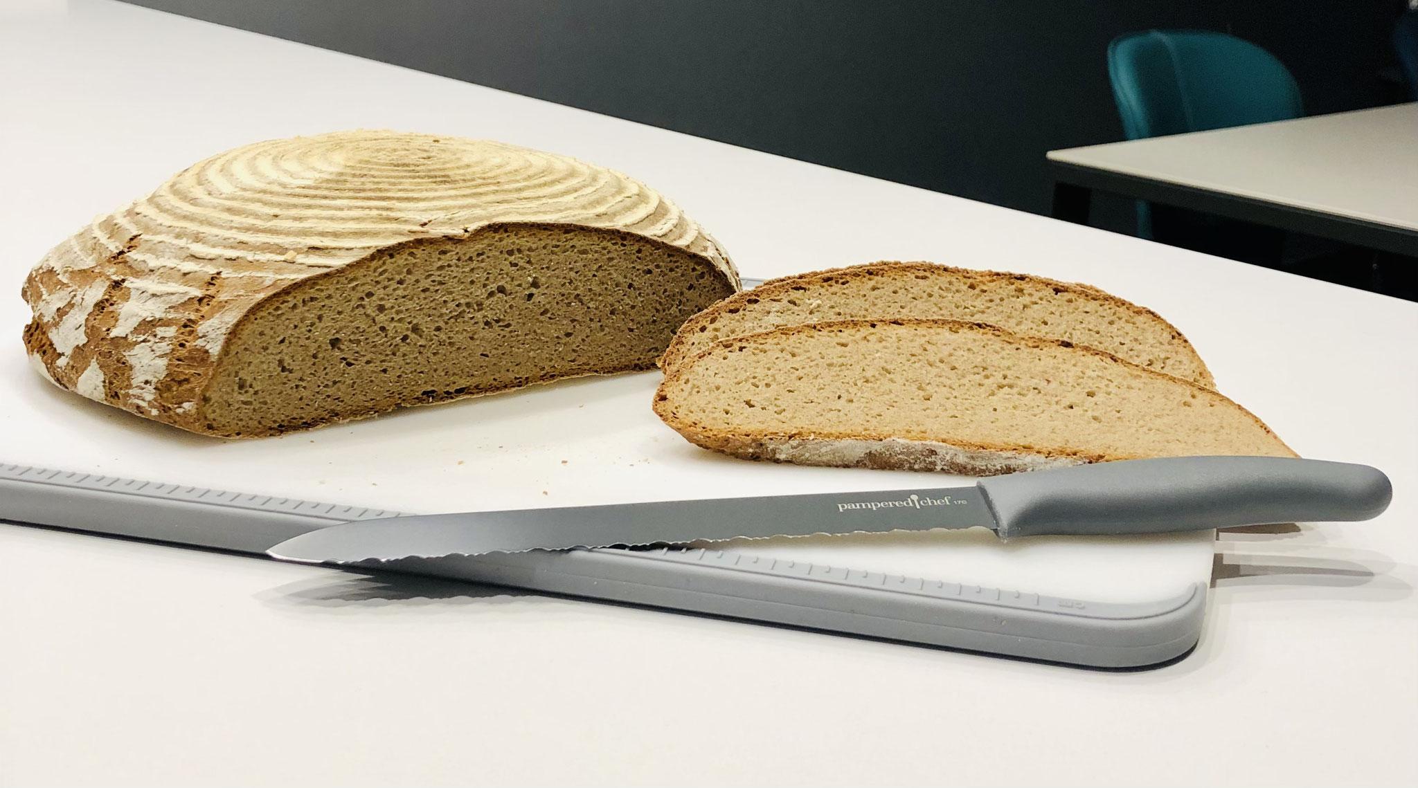 Mit dem tollen Pampered Chef Brotmesser schneidest du schöne Scheiben von dem schmackhaften Brot. Viel Spaß beim Nachbacken ♥