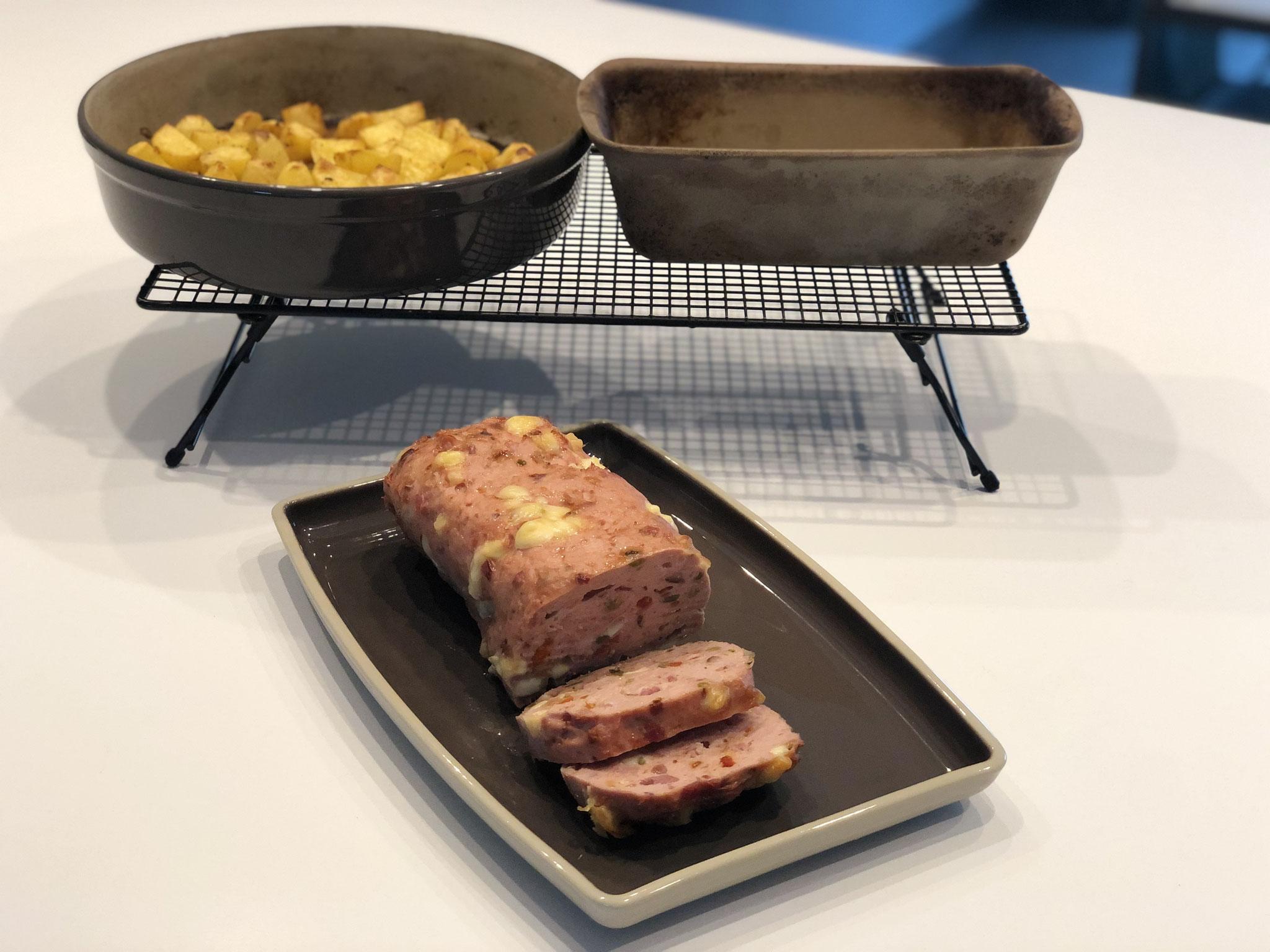 Ein leckeres schnelles Gericht ohne groß Aufwand aus dem Backofen.... Du kannst auch mehrere Zauberkästen mit verschiedenen Fleischkäse Sorten in deinen Backofen stellen....