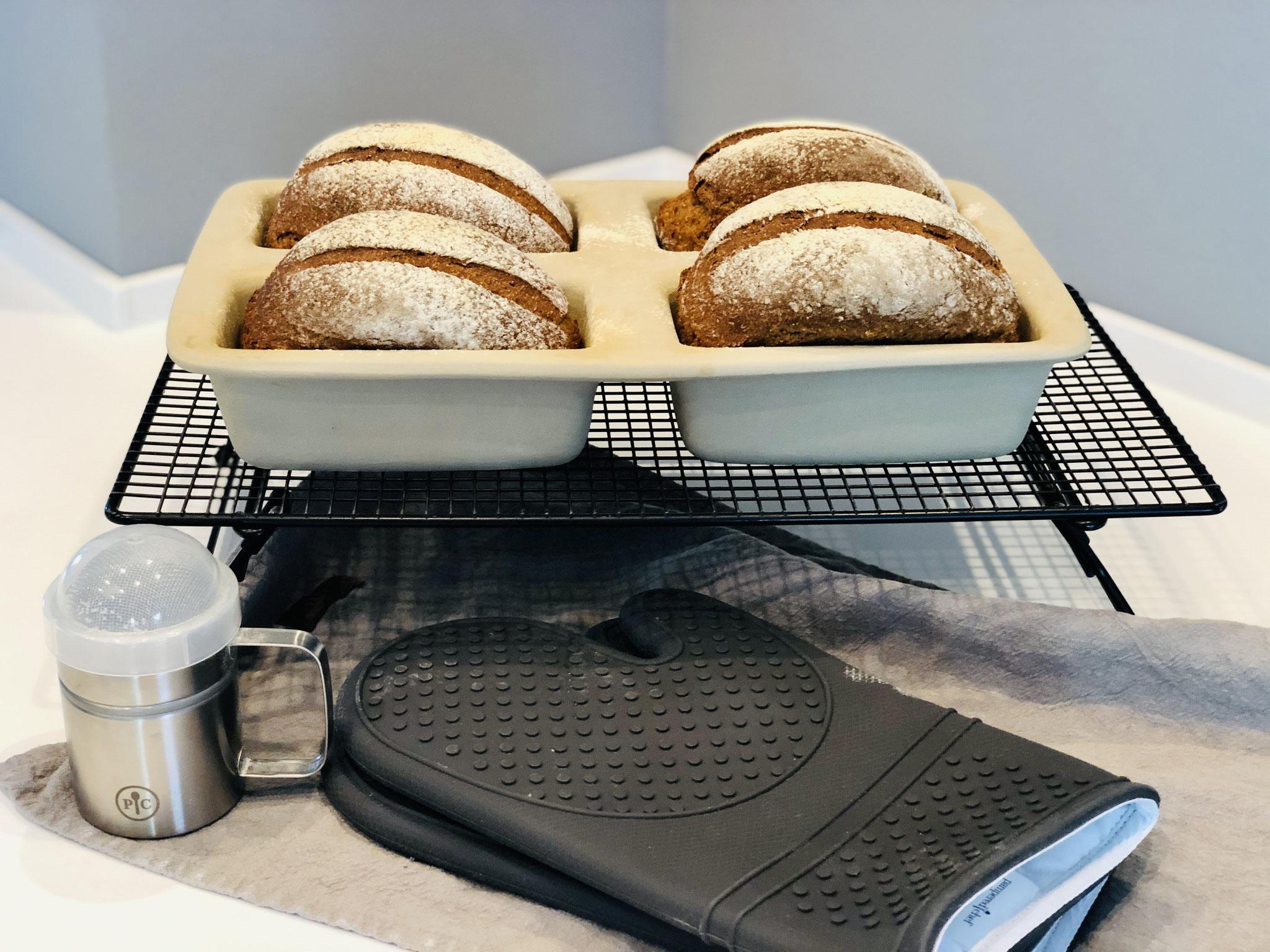 Nach dem backen das Brot sofort auf der Stoneware rausholen und auf das Kuchengitter von Pampered Chef abkühlen lassen...