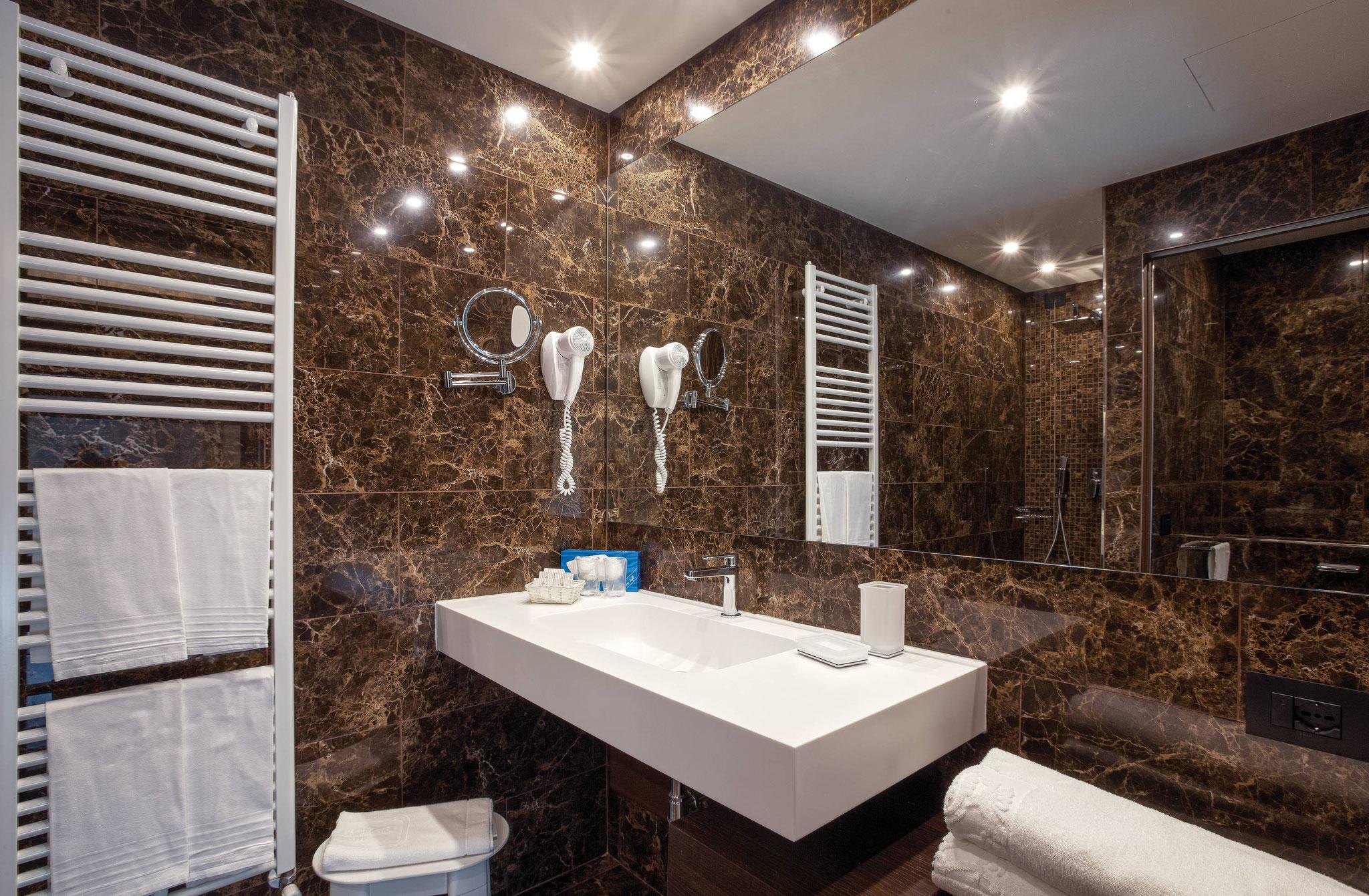 Marmo scuro nei nuovi bagni
