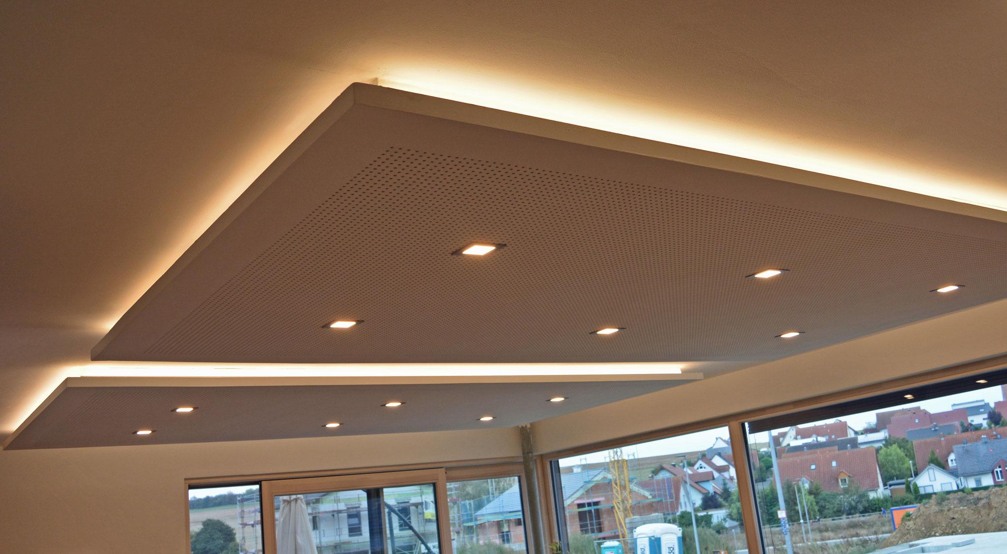 Einbaustrahler quadratisch 7W 2700K 570lm ; indirekte Beleuchtung: pro Deckenfeld ca. 54W LED-Stripe: 4,8W/m 3000K