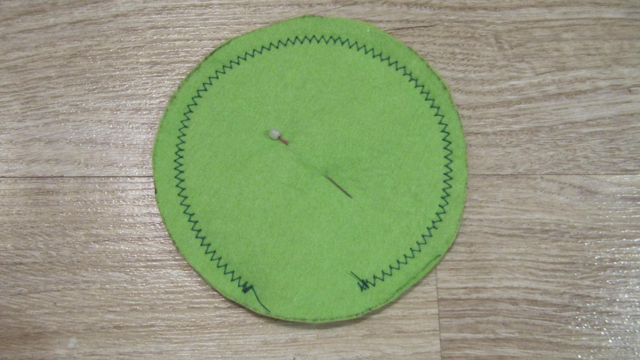 2. Jeweils zwei Kreise am Rand übereinander nähen. Eine Lücke bleibt für die spätere Füllung frei.