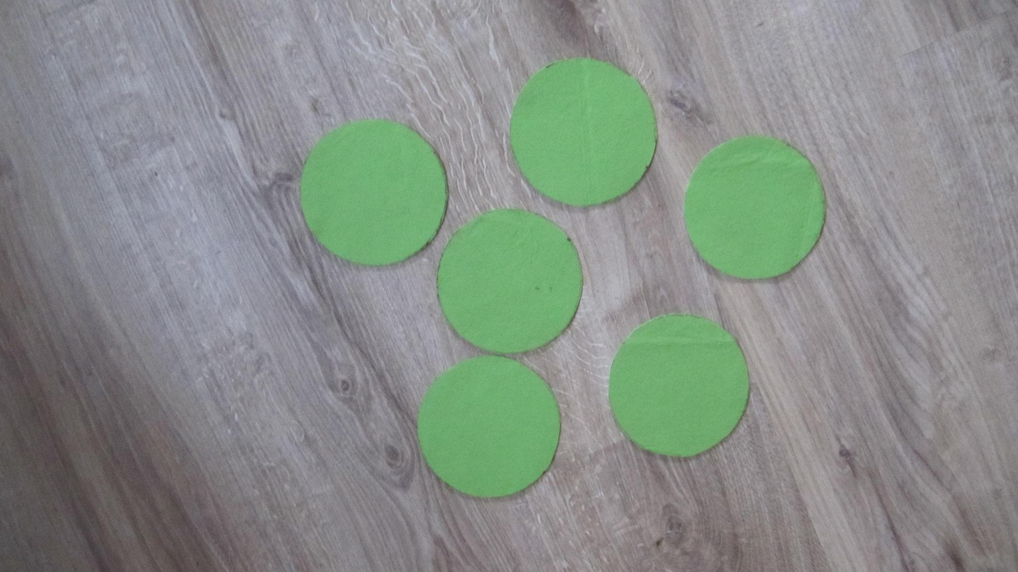 1. Schneide dir 6 gleich große Kreise aus. Ich verwende eine Schüssel mit ca. 10 cm Durchmesser als Schablone.