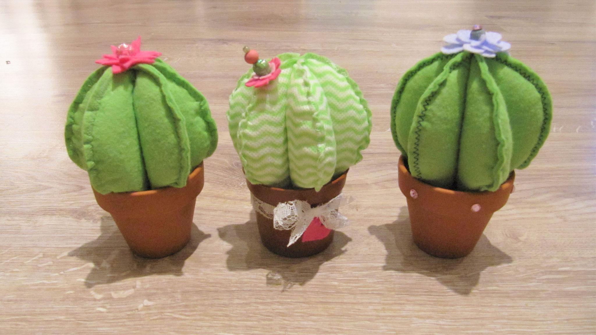 Den Kaktus mithilfe der Löcher am Topf Boden festnähen oder mit einem geeigneten Kleber befestigen.