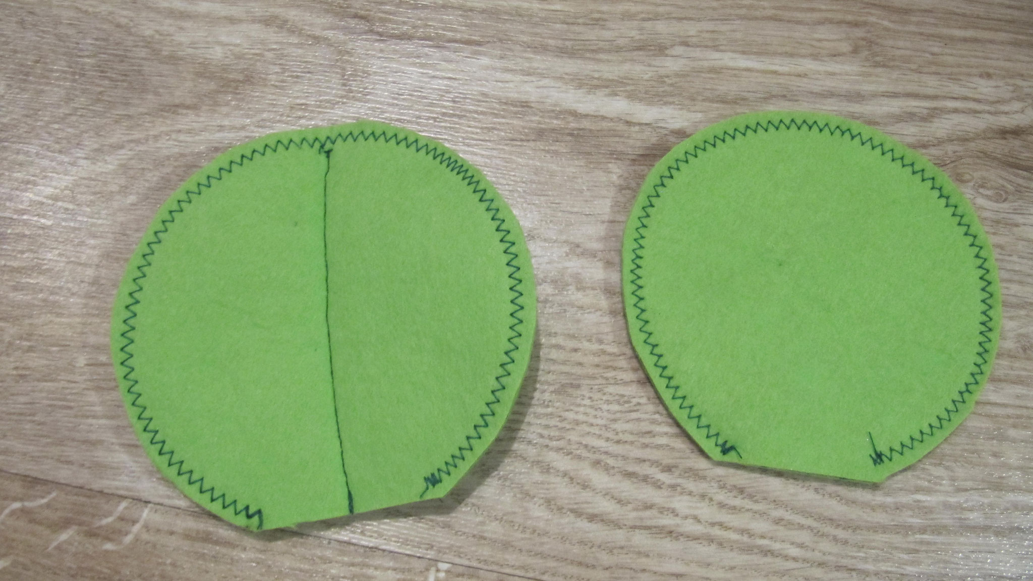 4. Zunächst zwei der genähten Kreise übereinander legen und über die Mitte nach unten festnähen.