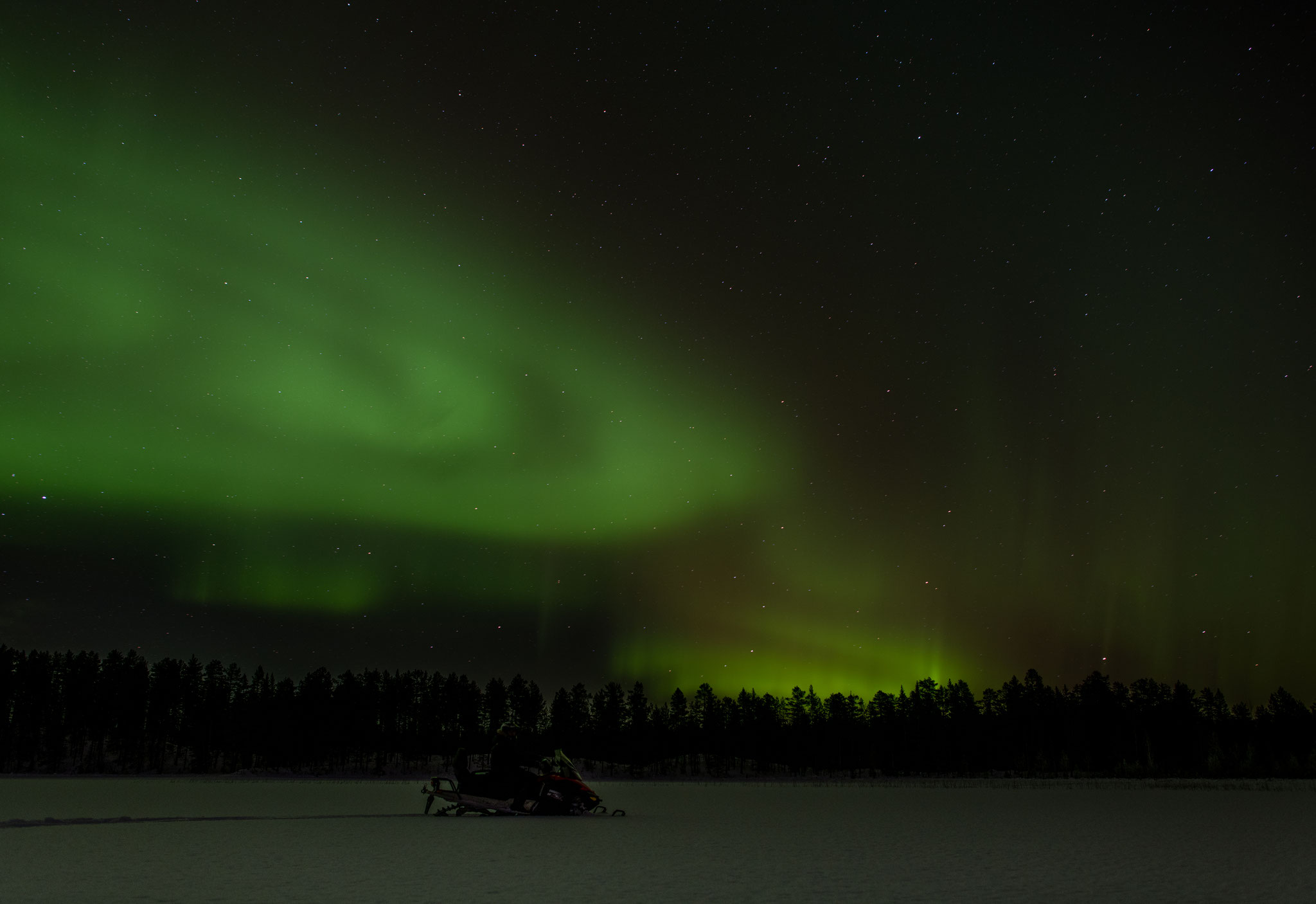 Schneemobiltour unter den Nordlichtern