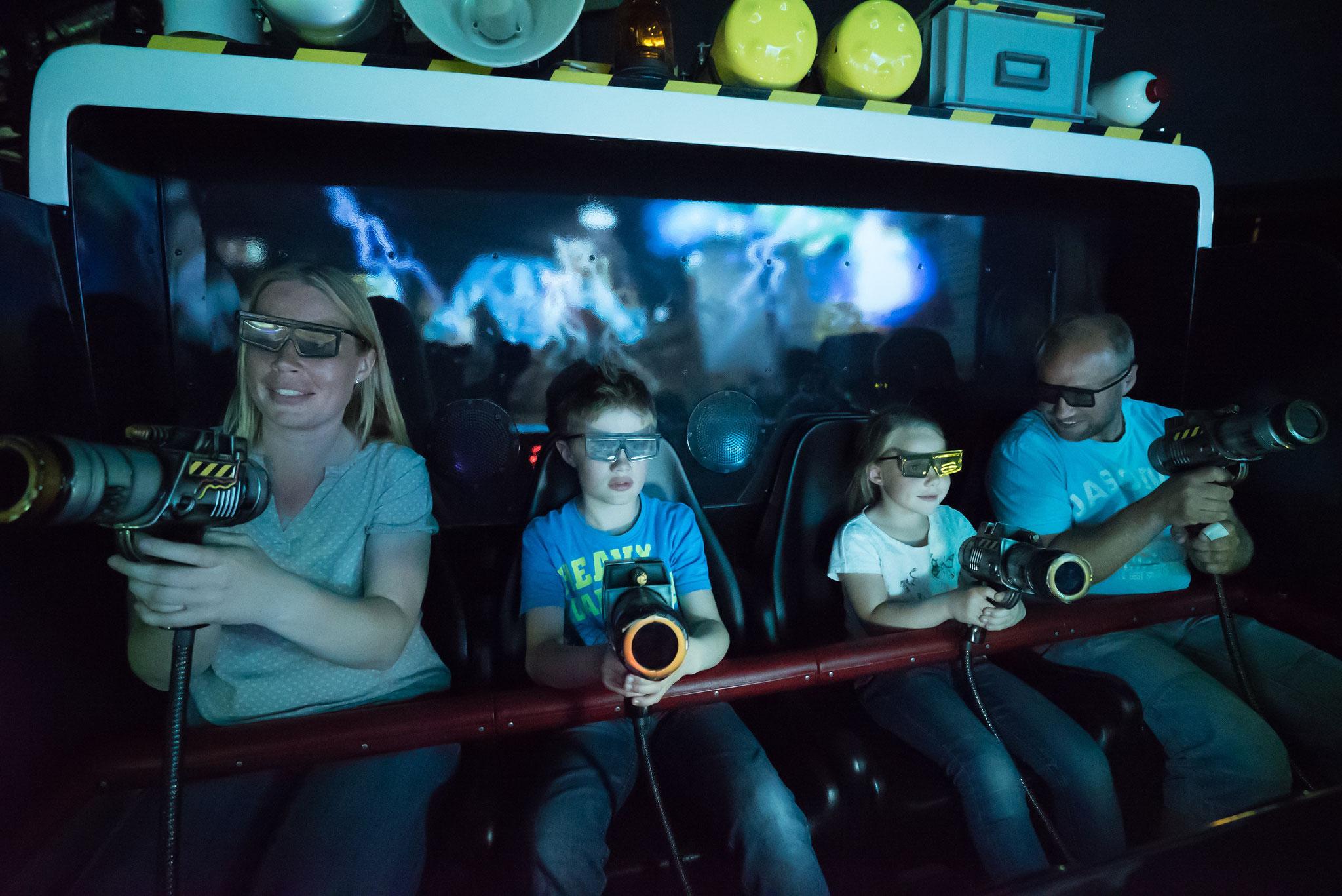 Ausgestattet mit Laserpistole und 3D-Brille die Geister besiegen