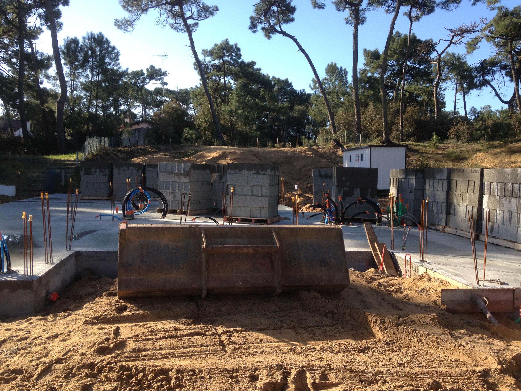 Construction d'un petit château sur le sable à  La Tranche sur mer