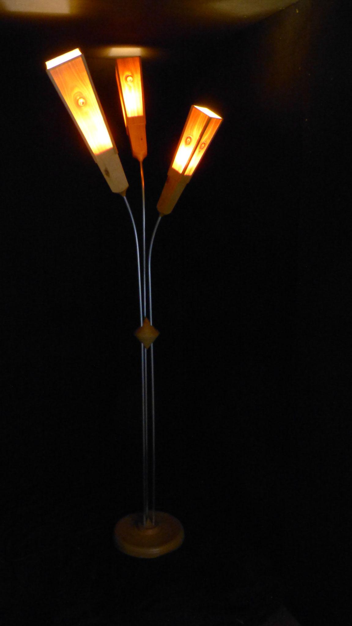 dreiarmige Stehlampe (h=ca 1,95m)