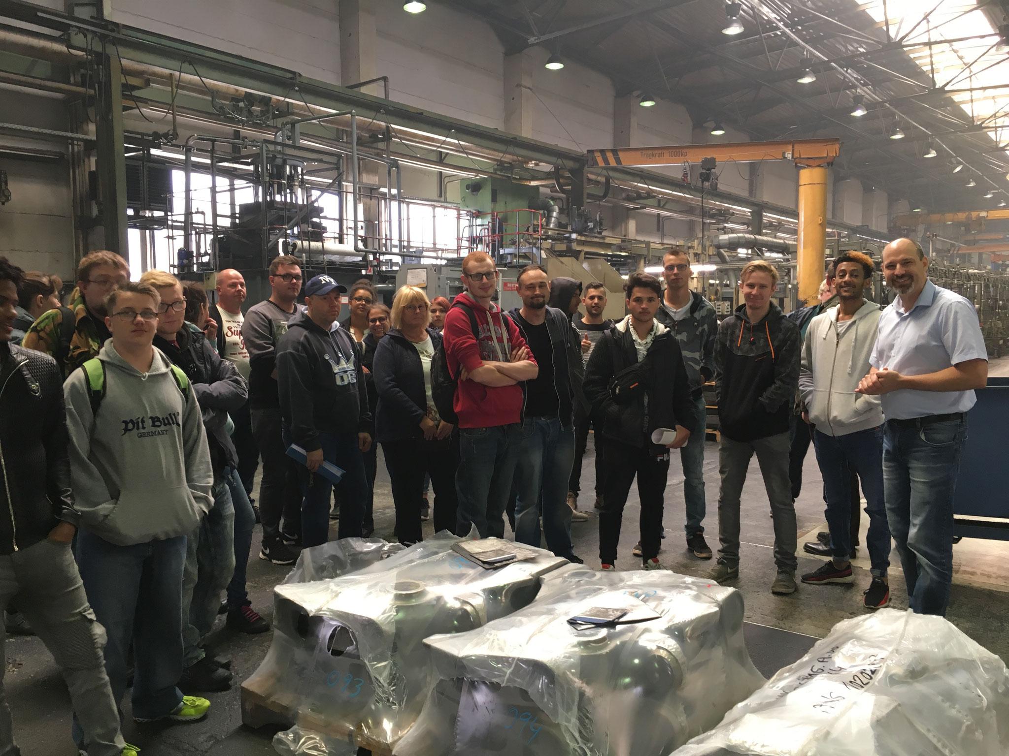 Andreas Schmidt, Ausbilder bei der Grauthoff Türengruppe GmbH, erläutert beim Firmenrundgang die einzelnen Zwischenschritte bis zum fertigen Erzeugnis.