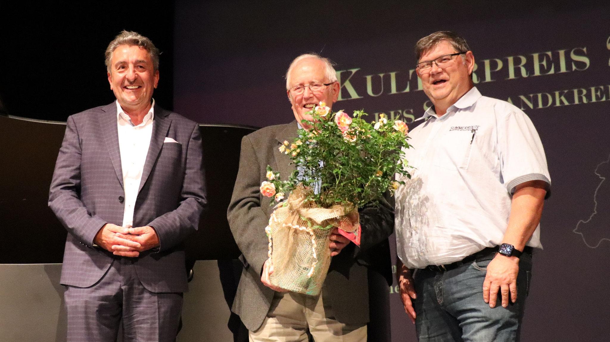Das Bild zeigt in der Mitte Preisträger Dietrich Genau, neben ihm links Gunnar Schellenberger vom Kuratorium und rechts Harald Albrecht aus Hoym, der Dietrich Genau zur Auszeichnung vorgeschlagen hatte.