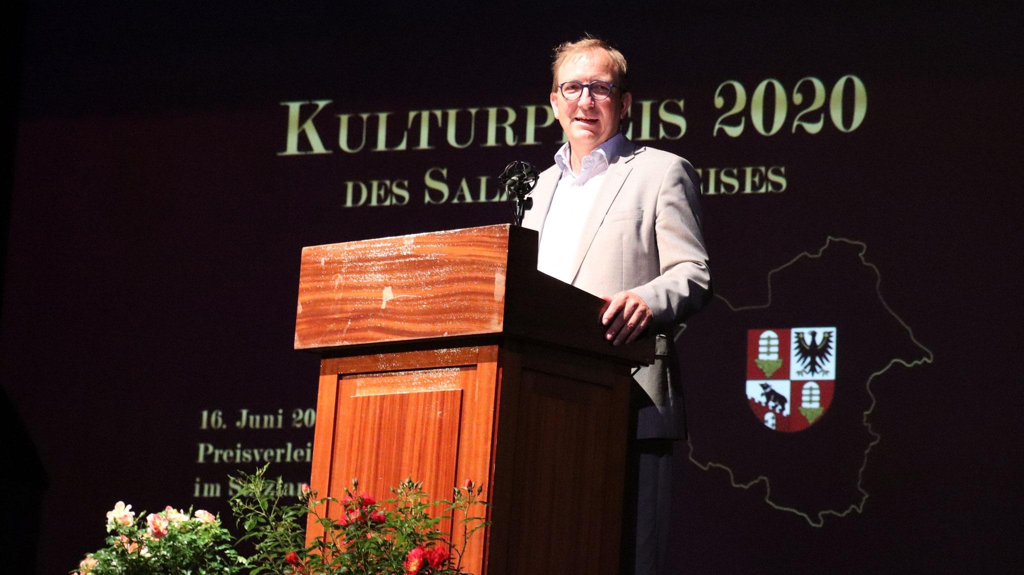 Landrat Markus Bauer hat den Kulturpreis des Salzlandkreises im Salzlandtheater Staßfurt überreicht, gleich an zwei Preisträger.