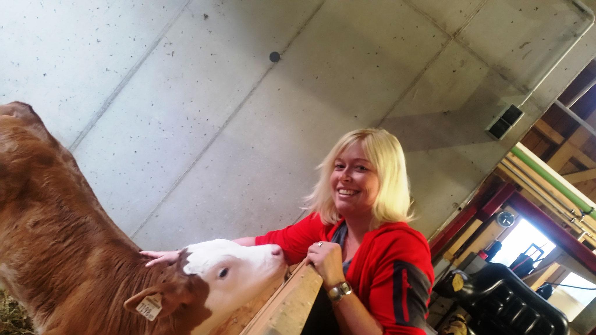 Isabella streichelt unser Almkälbchen