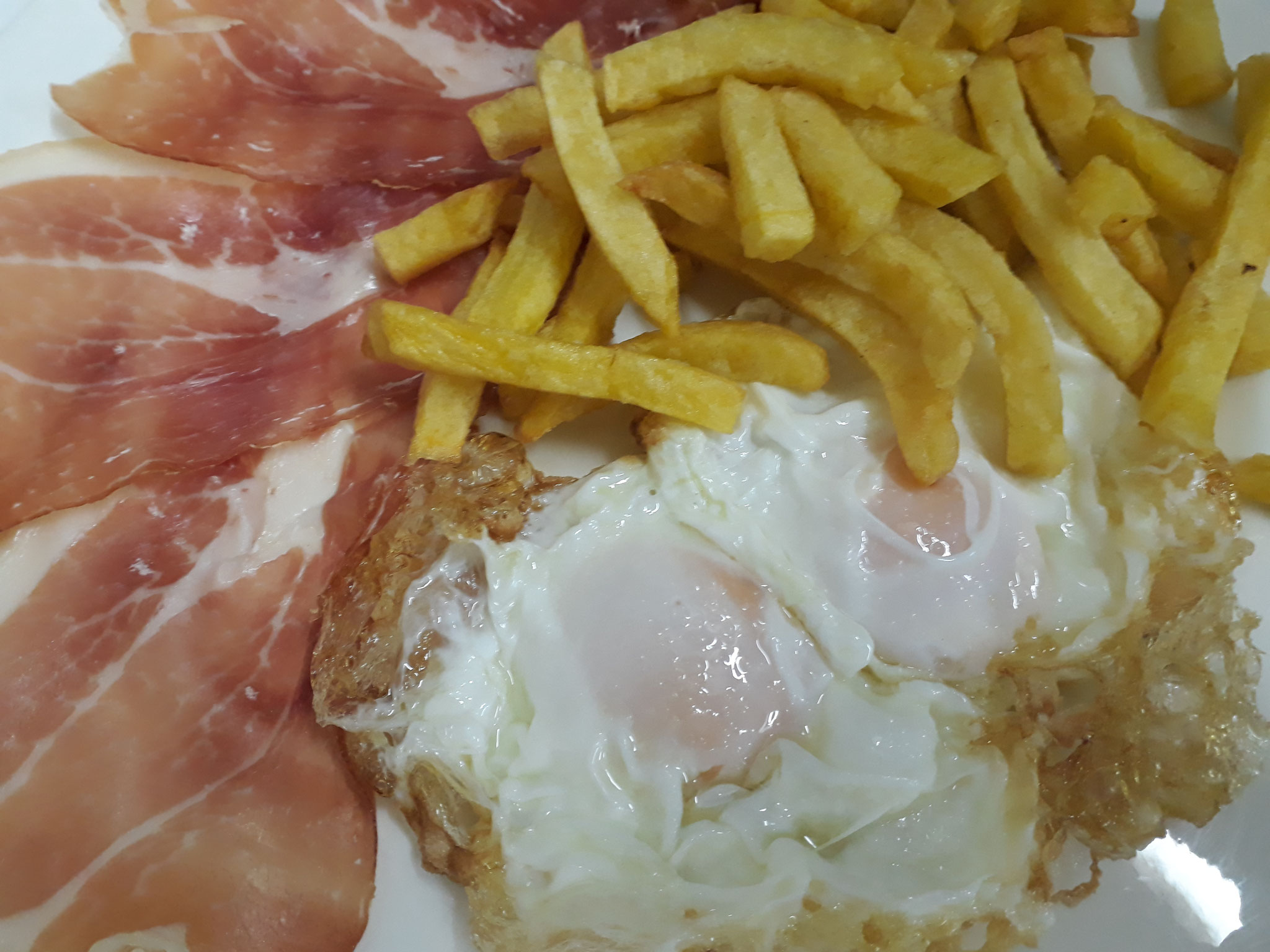 Huevos fritos con jamón y patatas