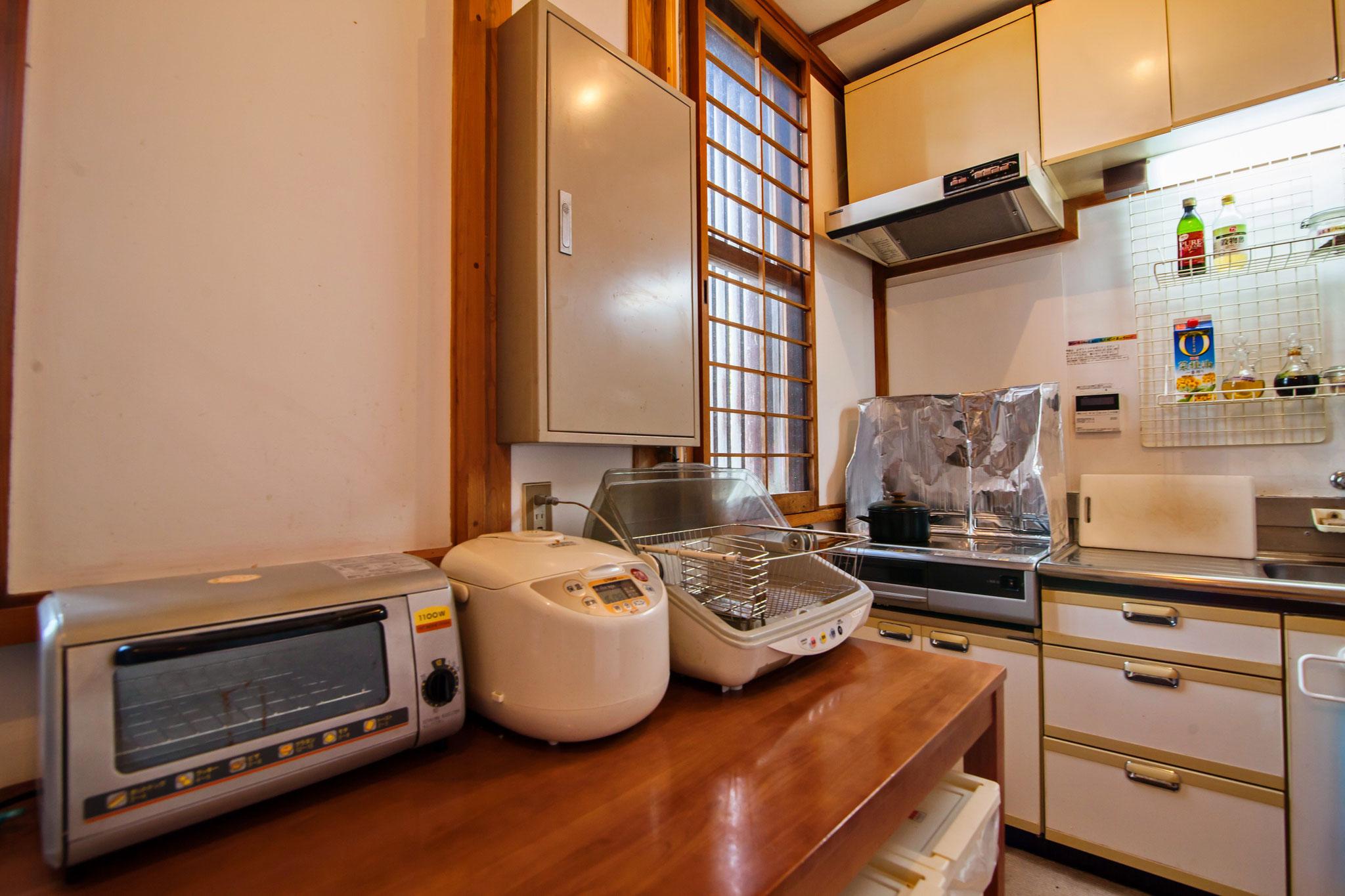 共同キッチンには、自炊しやすいようお鍋など完備してます。