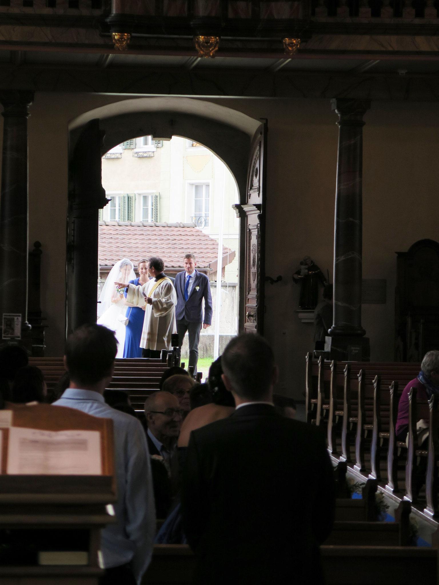 Die Braut tritt ein, die Spannung steigt.