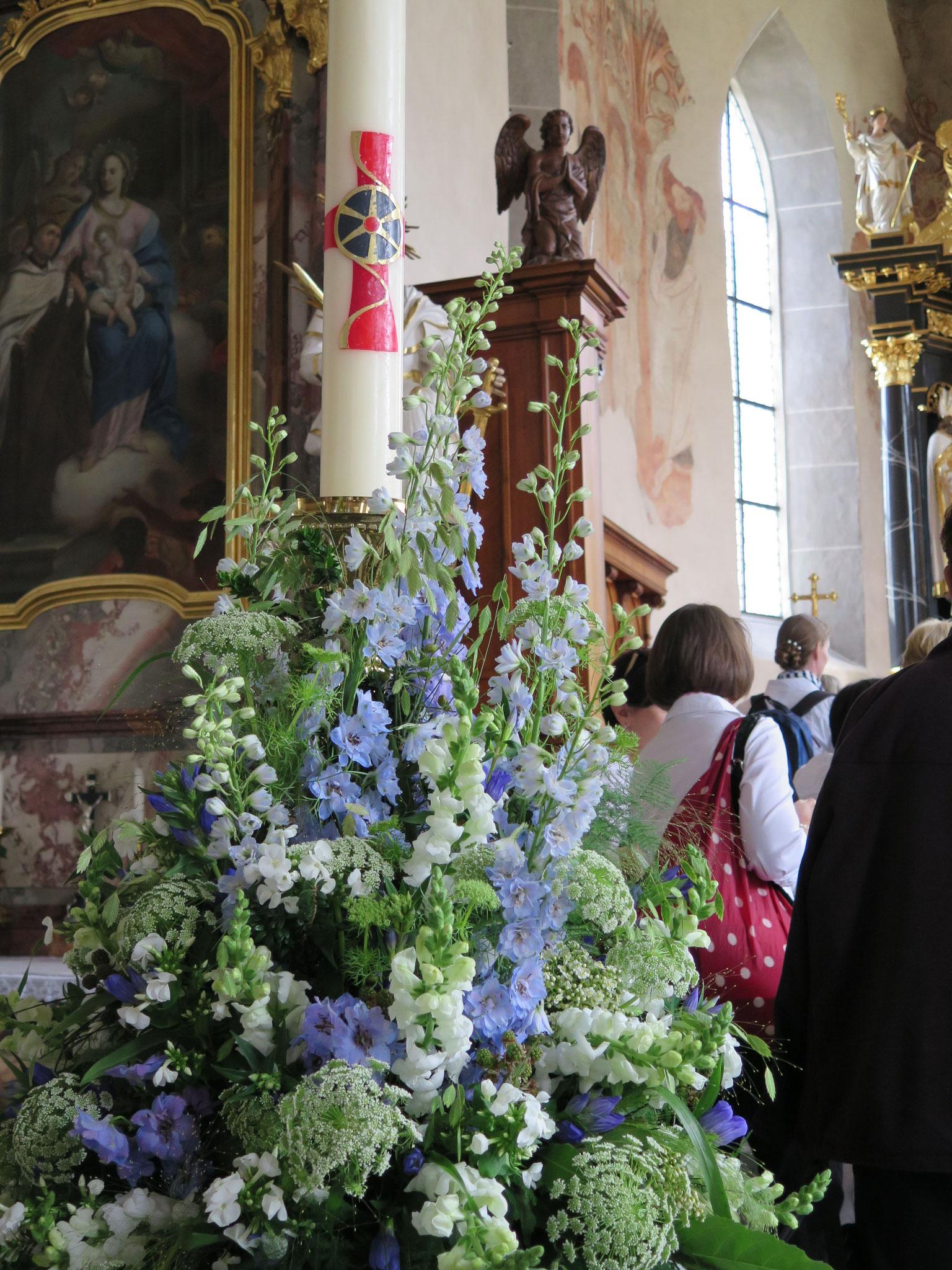 Der Blumenschmuck wurde mit viel Liebe von der Bräutigam-Mutter hergerichtet.