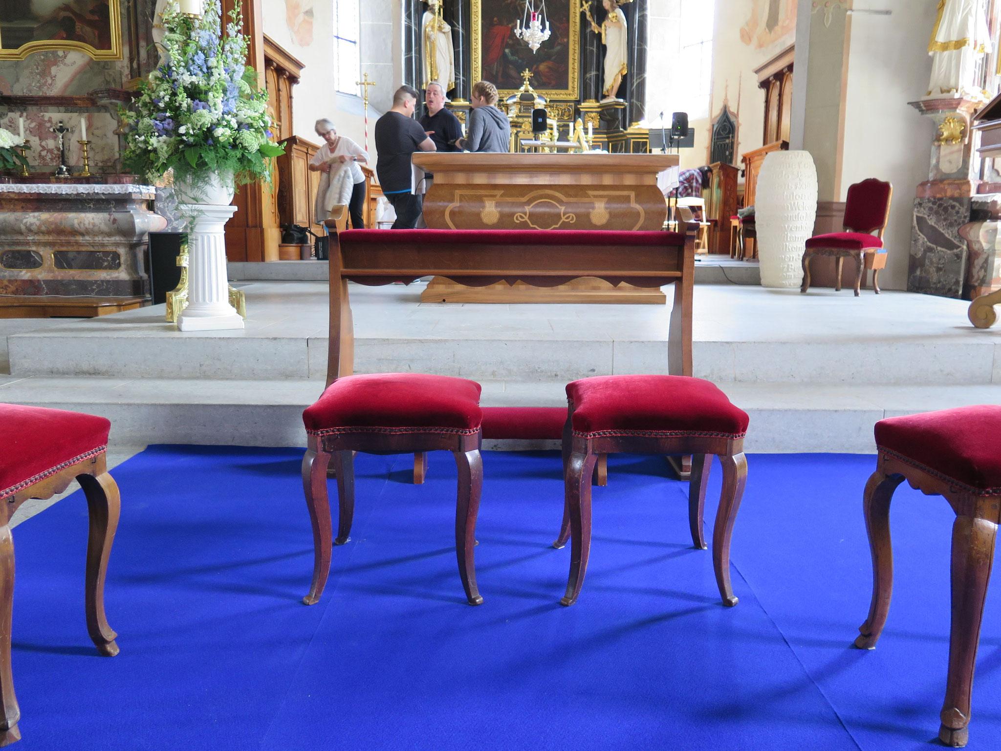 Diese Stühle stehen in wenigen Augenblicken im Zentrum des Interesses.