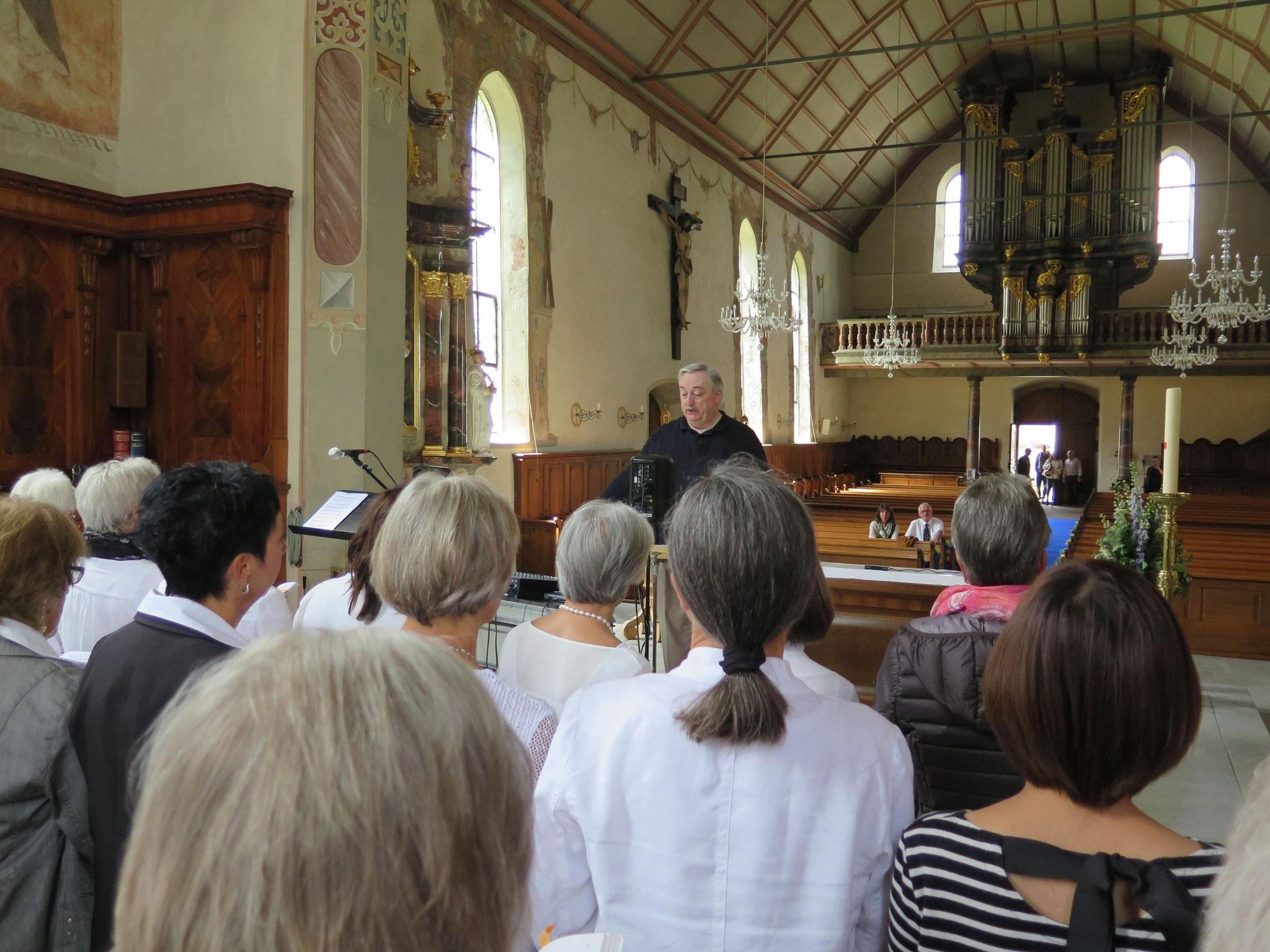 Wir singen uns ein. Es ist immer wieder ein Erlebnis, in einer grossen Kirche singen zu dürfen.