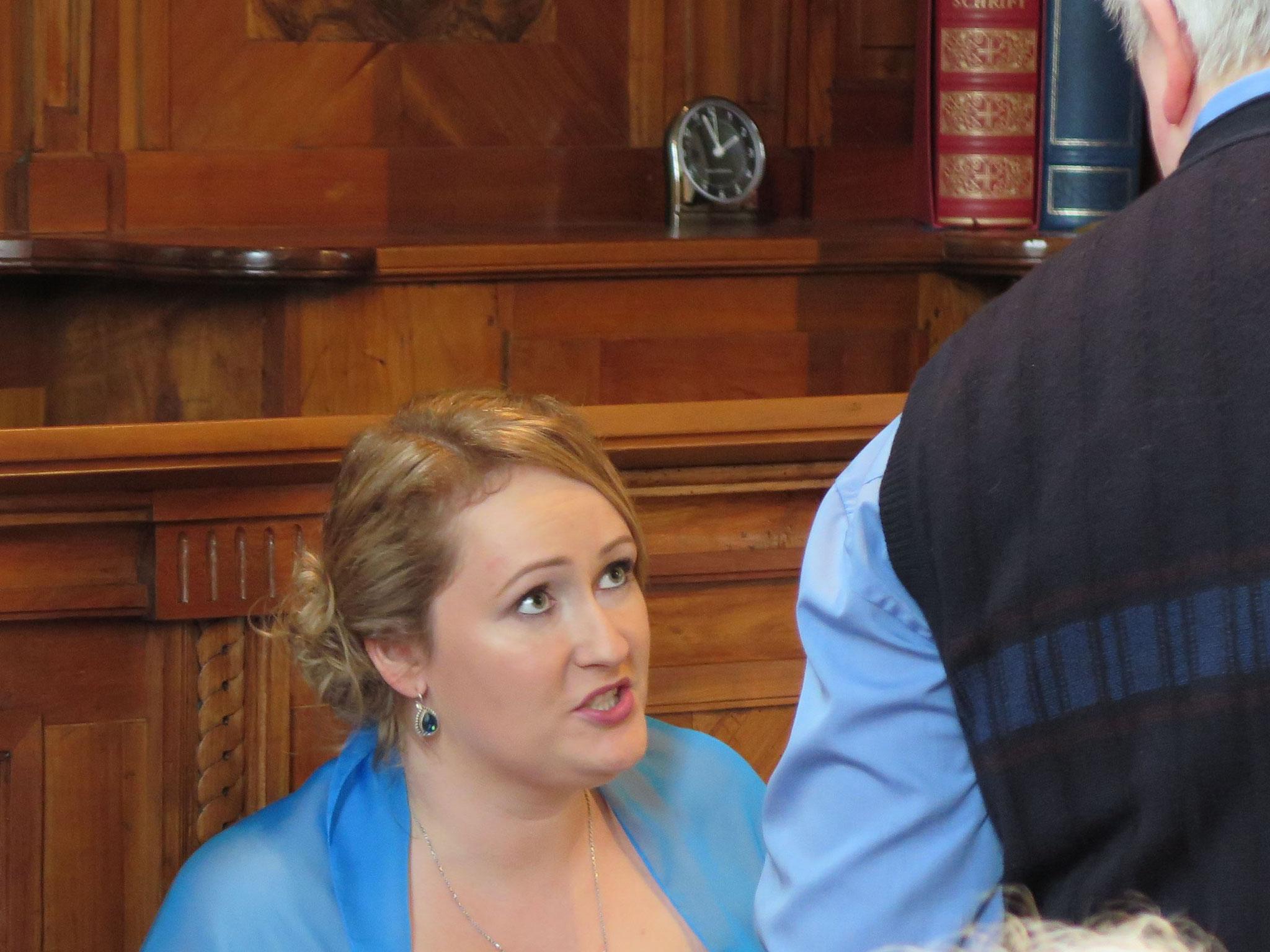 Vater und Tochter besprechen noch die letzten Details.
