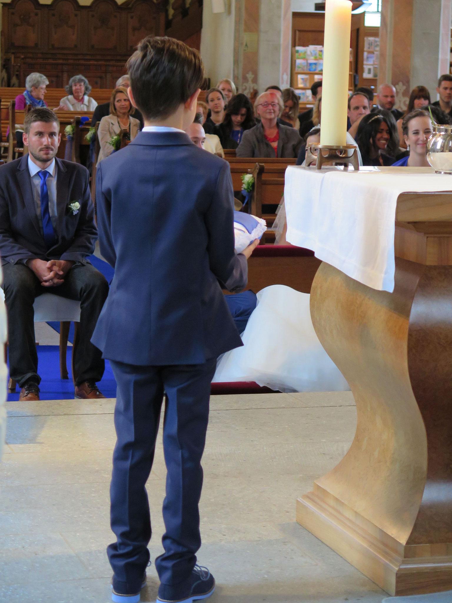 Das Patenkind der Braut bringt die Eheringe.
