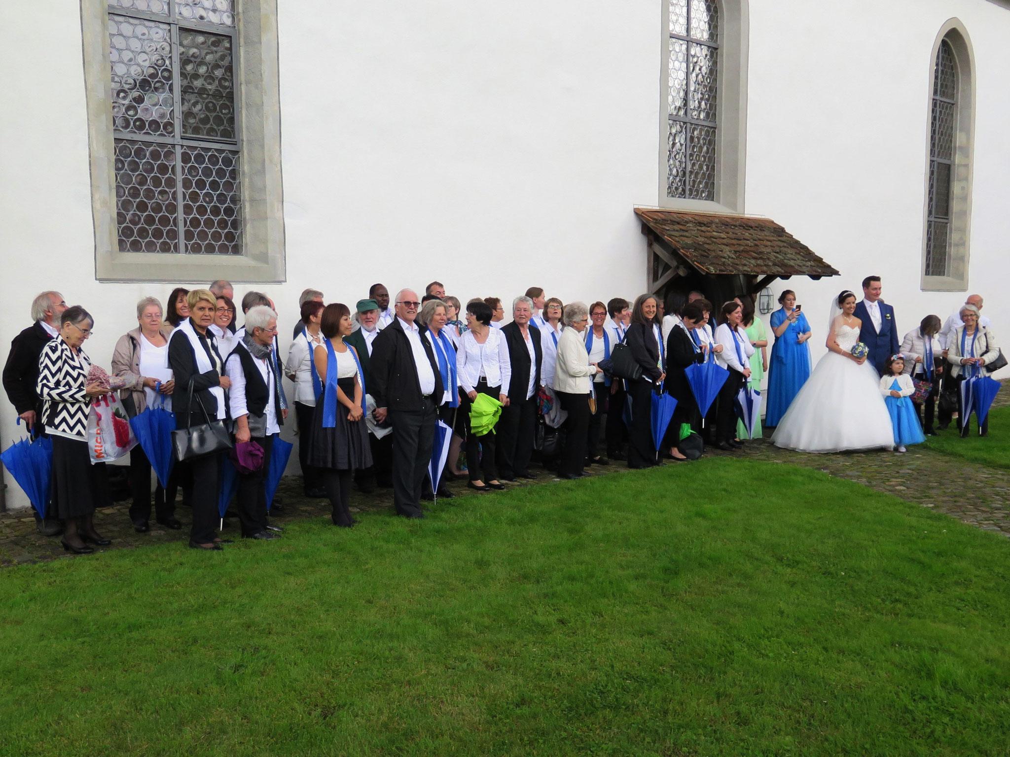 Das Brautpaar und der Chor.