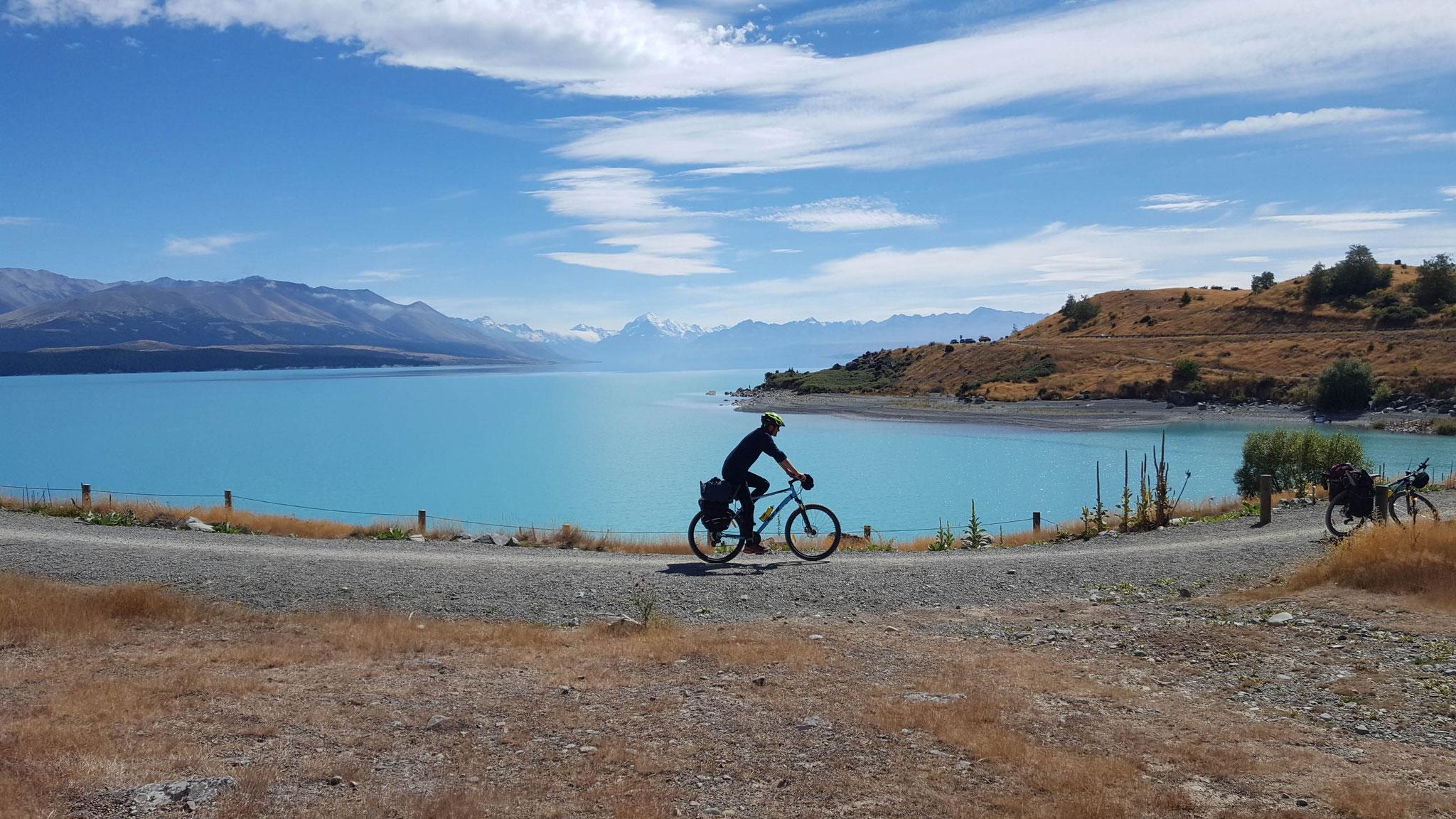 Radfahren entlang des Lake Pukaki mit Mount Cook