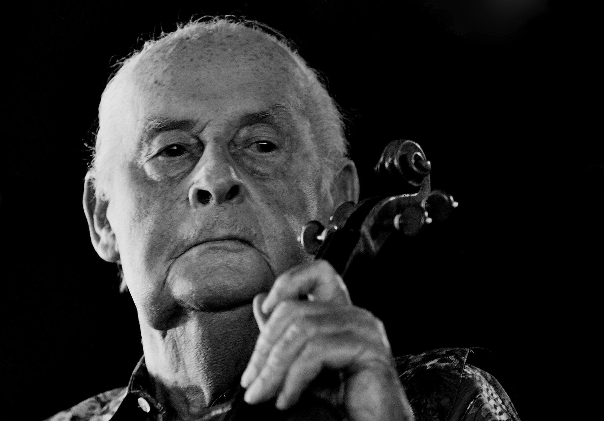 """"""" le jazz c'est  ce qui nous permet d'échapper a la vie quotidienne """"Stéphane Grappelli (Photo F. Fourcade)"""