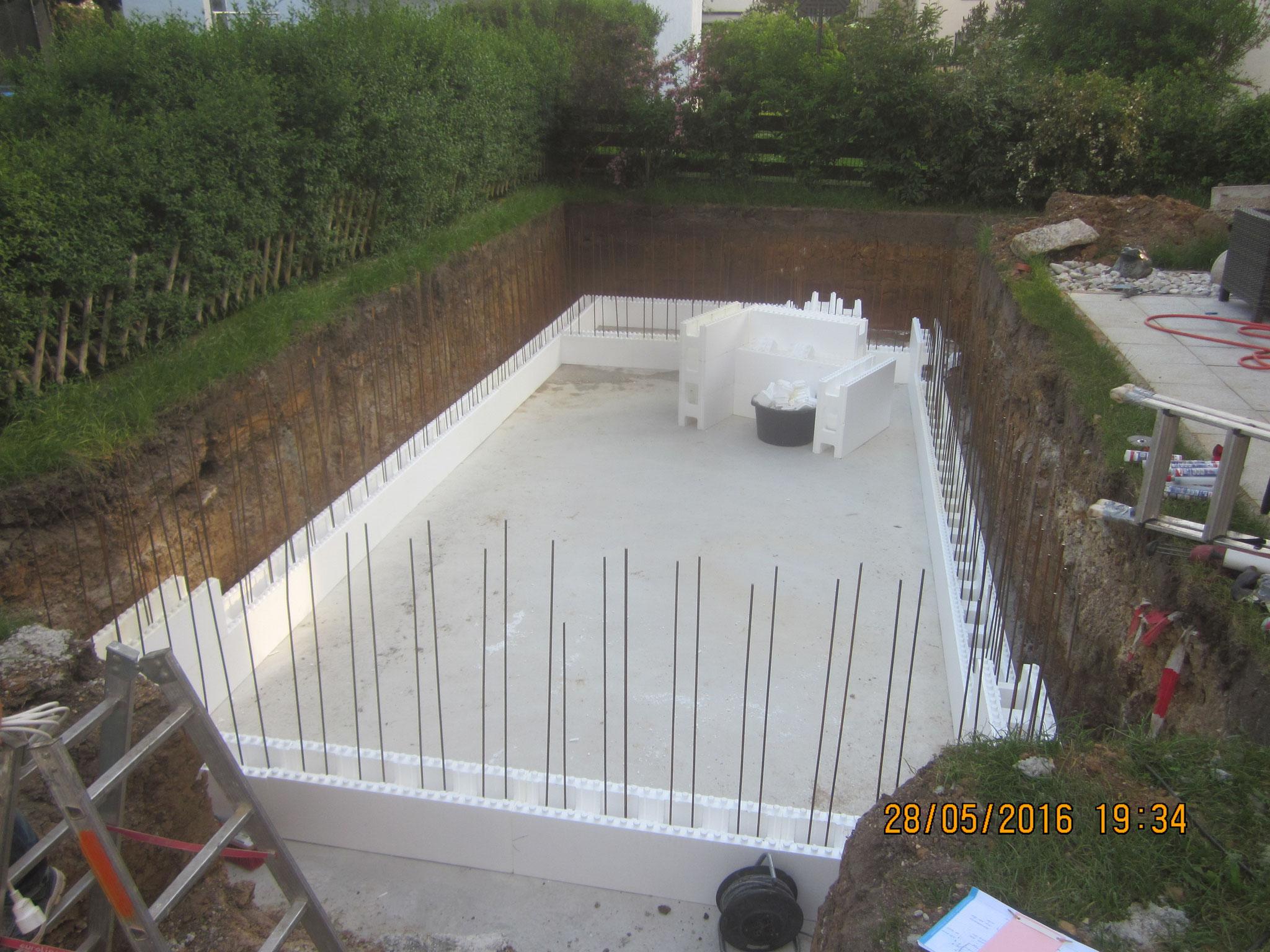 Die senkrechte Armierung ist eingebracht, jetzt beginnt das eigentliche Hochmauern des Pools und Einbringen der Anbauteile im Pool...