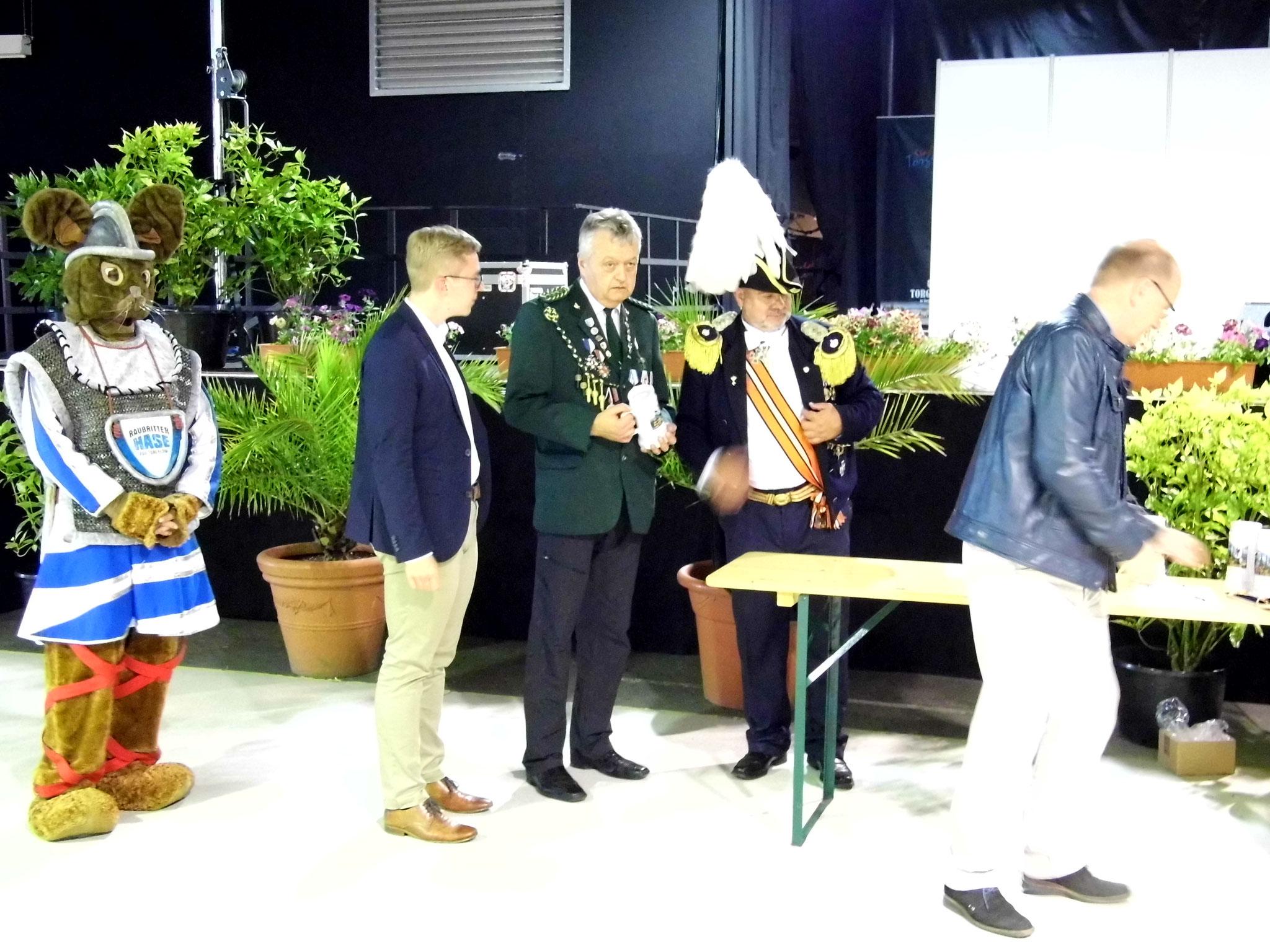 Rainer Klockow (Mitte) nach der Übergabe des Bürgermeister-Pokals.