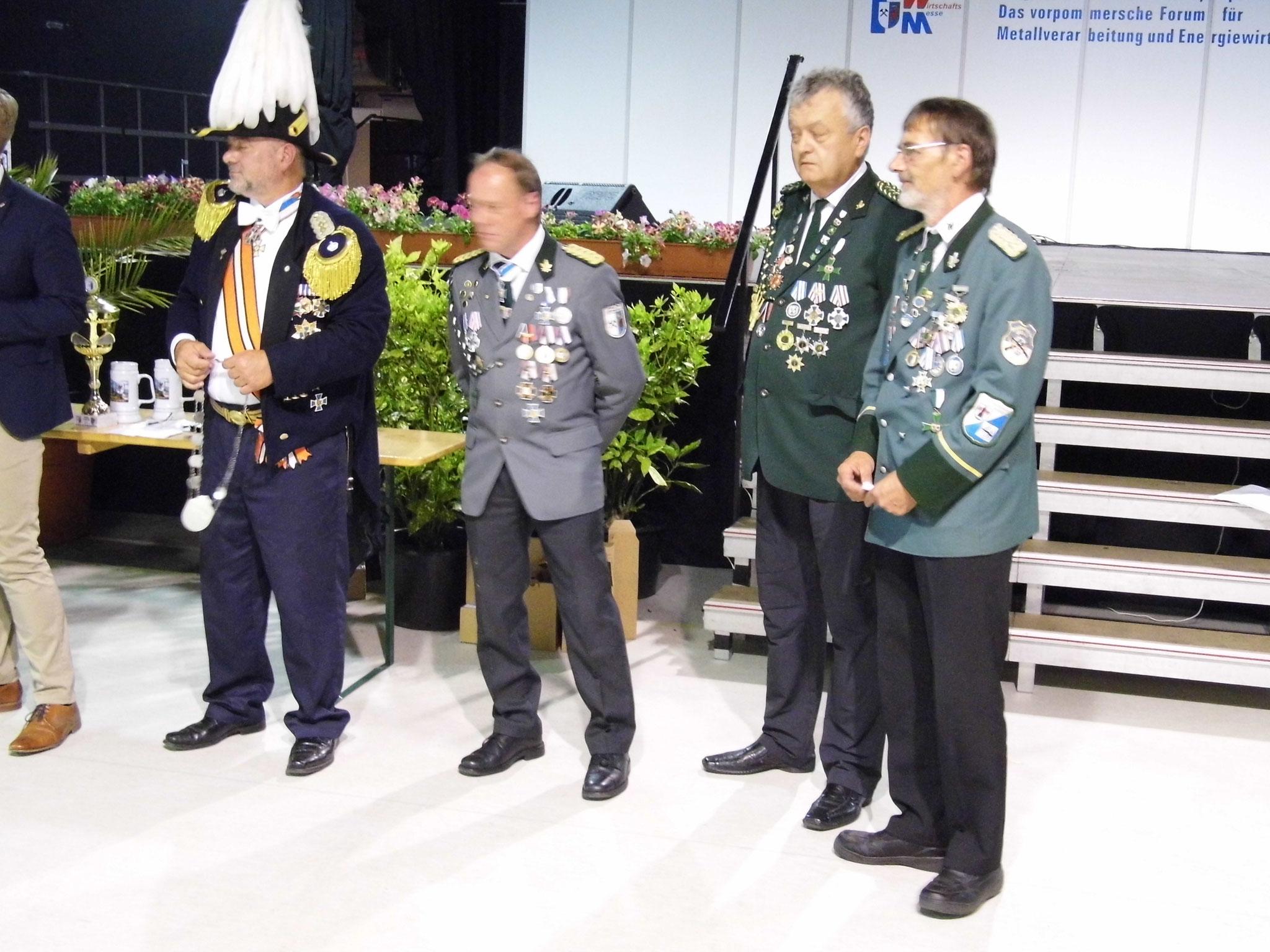 Rainer Klockow (zweiter von rechts) nach der Übergabe des 2. Ritter Ordens.
