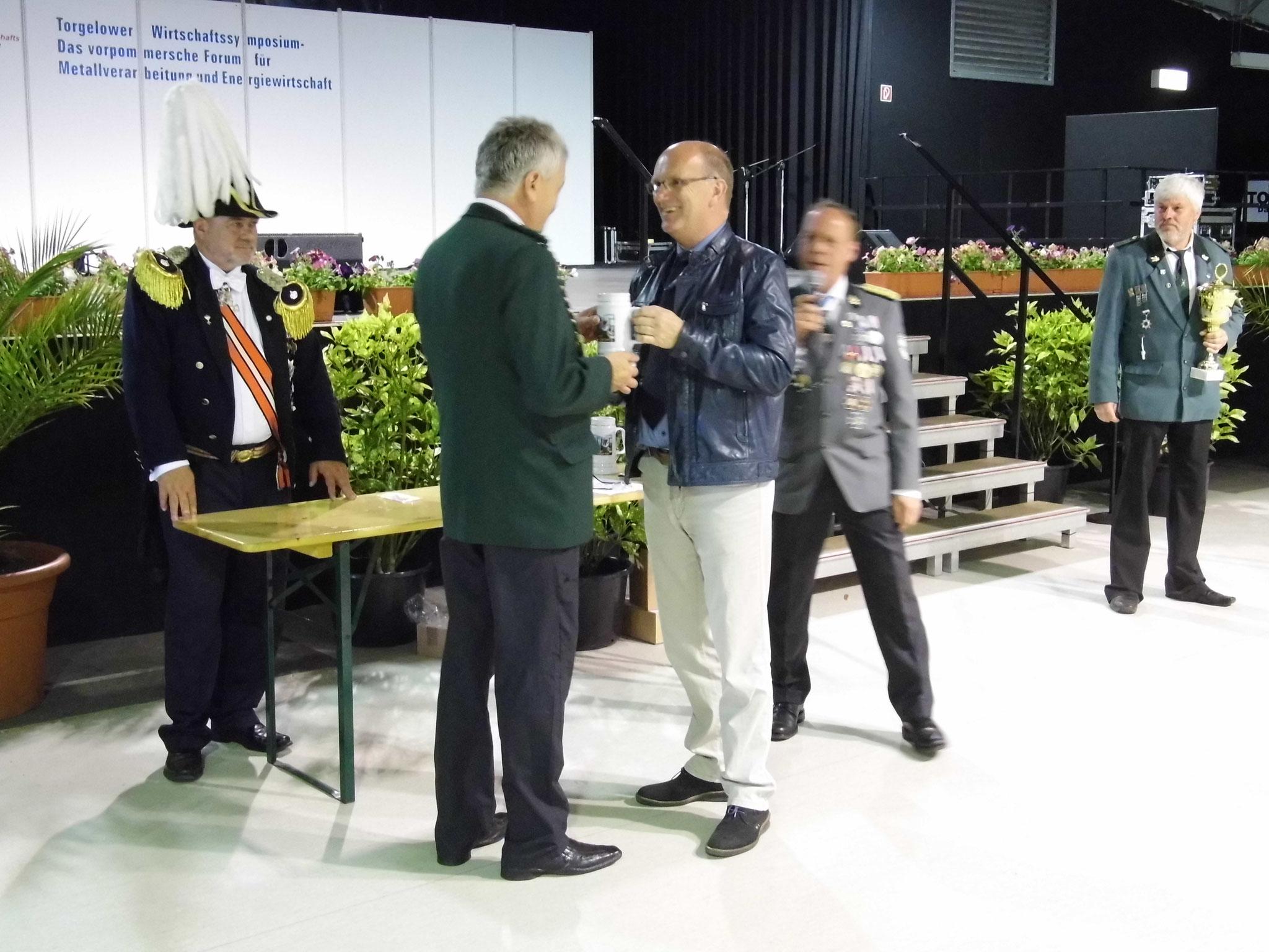 Rainer Klockow erhält vom Bürgermeister der Stadt Togelow Ralf Gottschalk den Pokal für den 2. Platz.