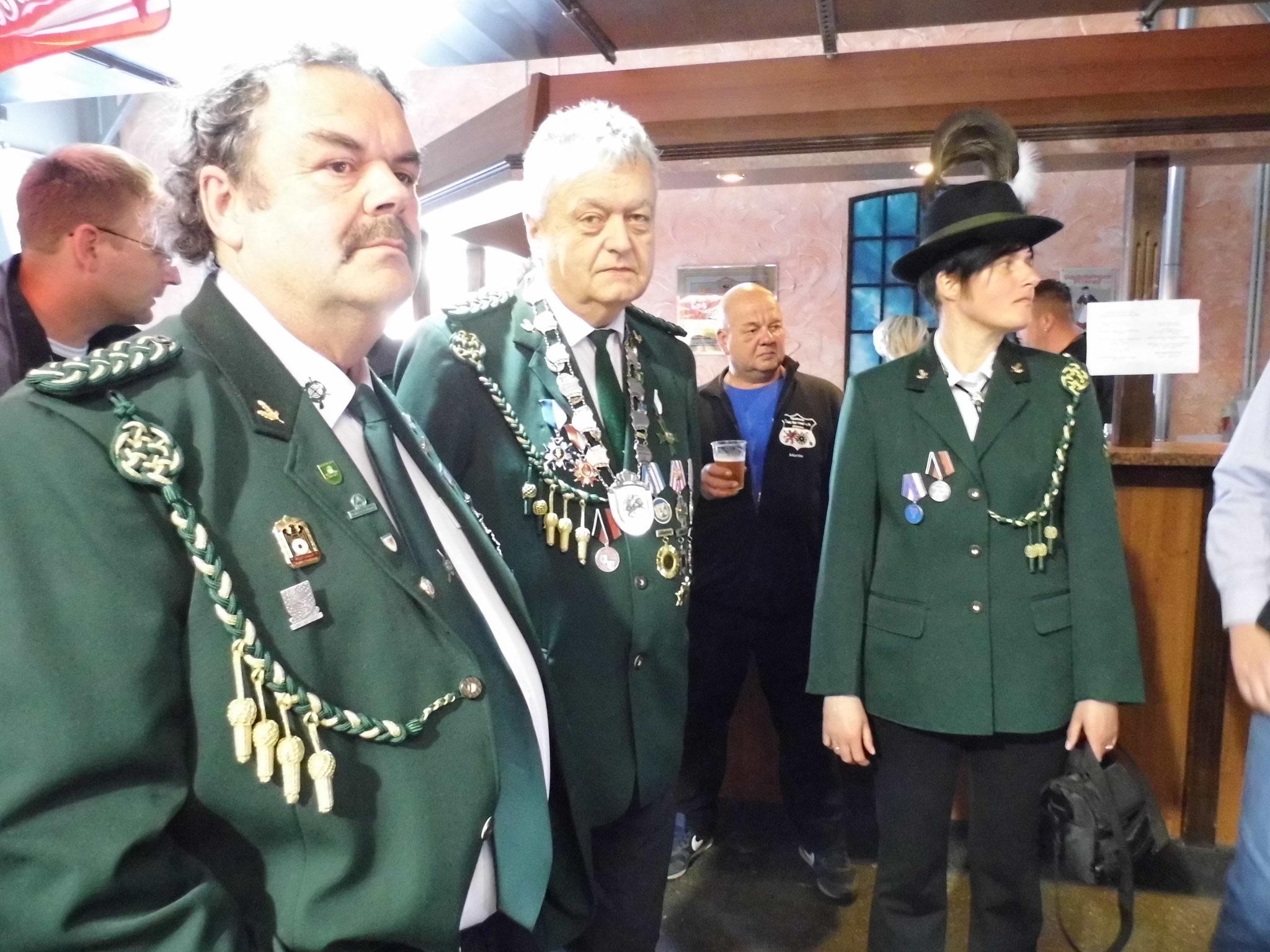 Frank Hügelow, Rainer Klockow und Silke Ristau kurz vor der Siegerehrung in der Stadthalle Torgelow.