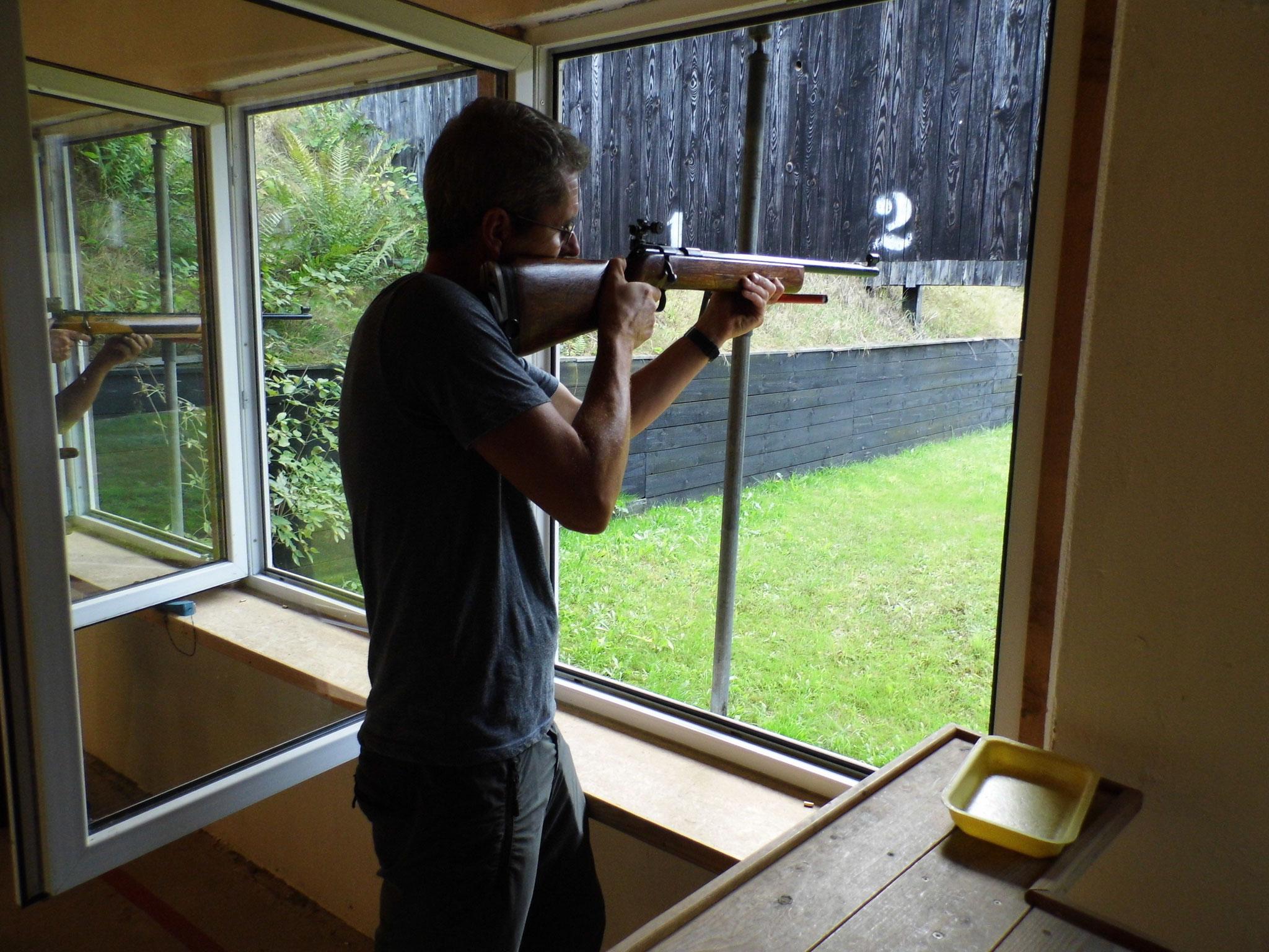 Zielen und schießen mit der KK-Langwaffe auf der 50 Meter Bahn.