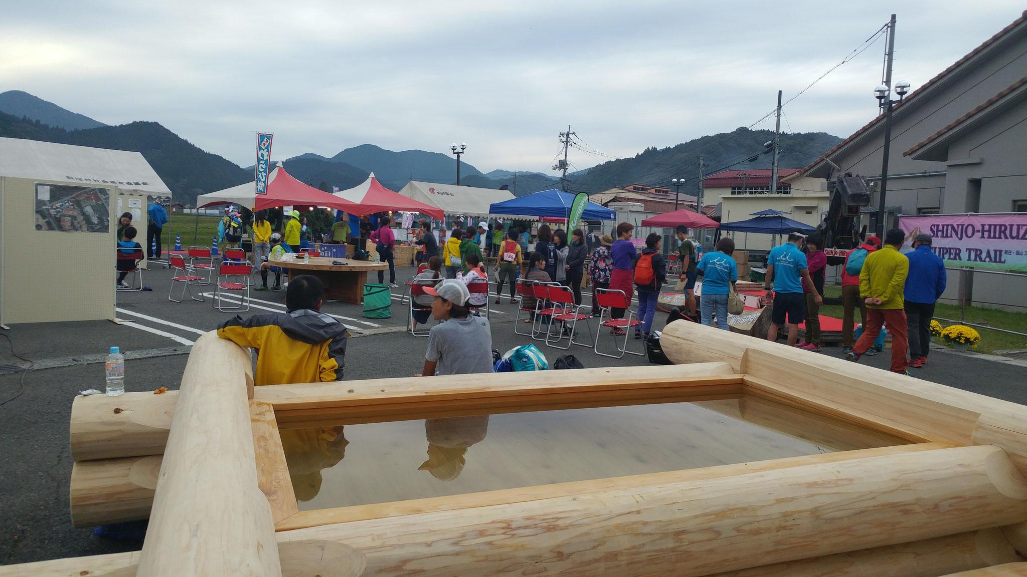 新庄村で育ったひのきで作られた足湯(中は水^^)です。 走り終わったランナーのみなさんは、ひのきの香りに包まれながら、クールダウンをします。