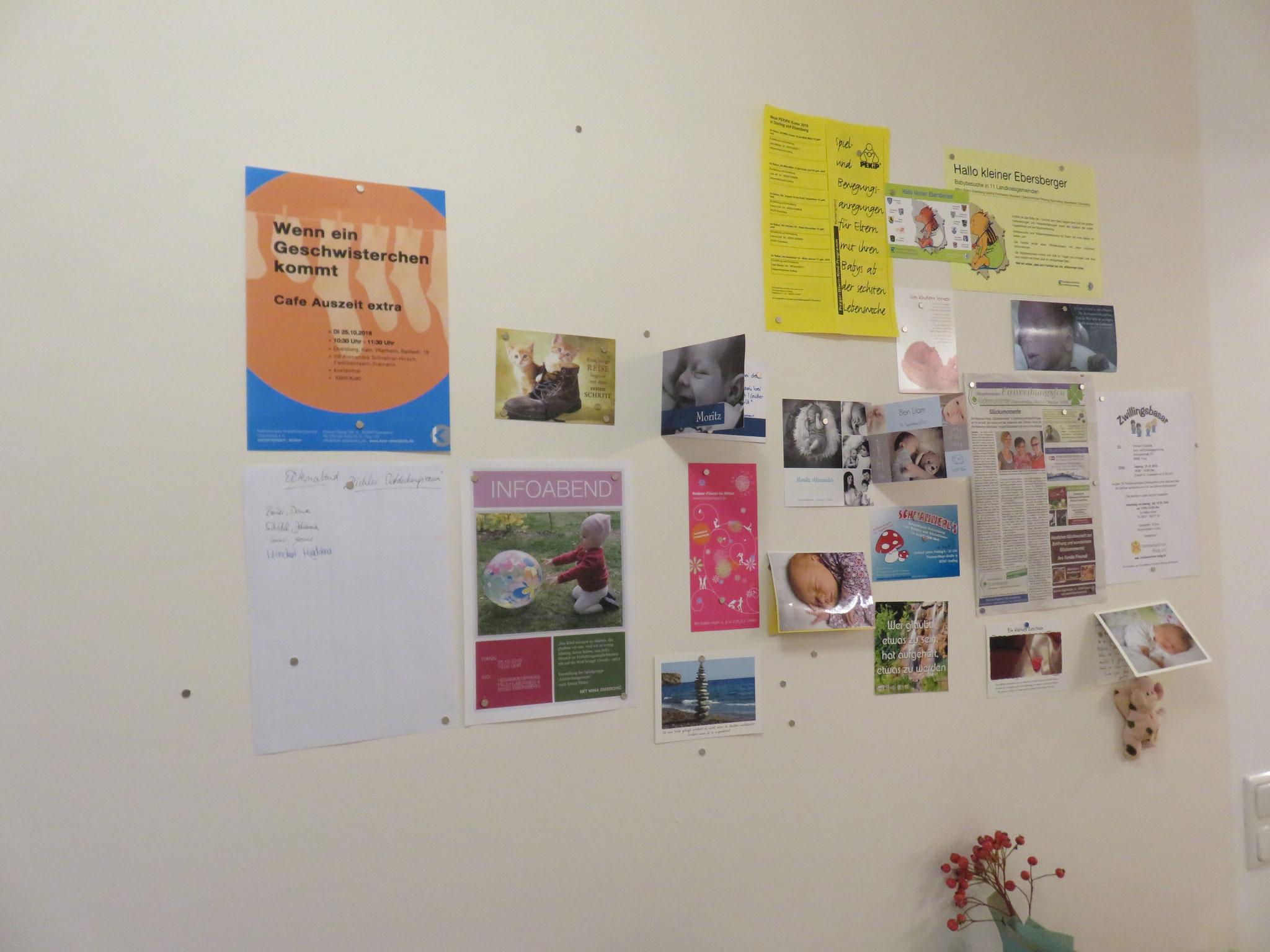 Magnetwand mit Karten und Briefen