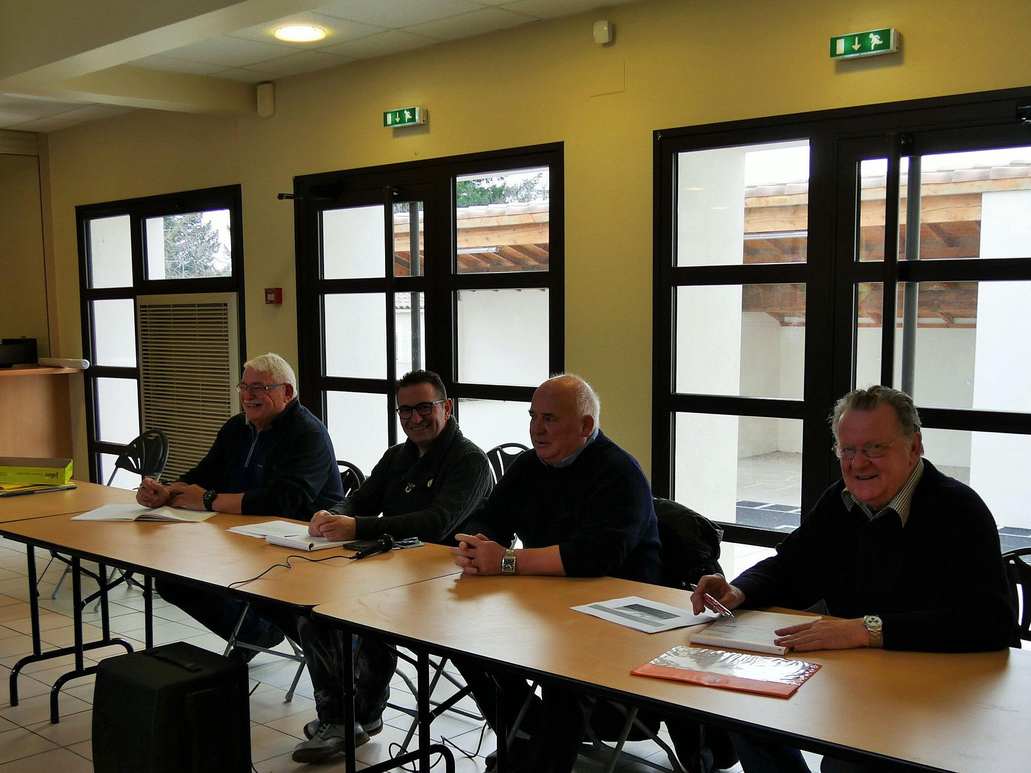 de gauche à droite: le secrétaire M B.Antherieu , le président M J . M Trompette,le maire de Saint Denis M G.Bonnafoux ,le trésorier m J.C Piecq