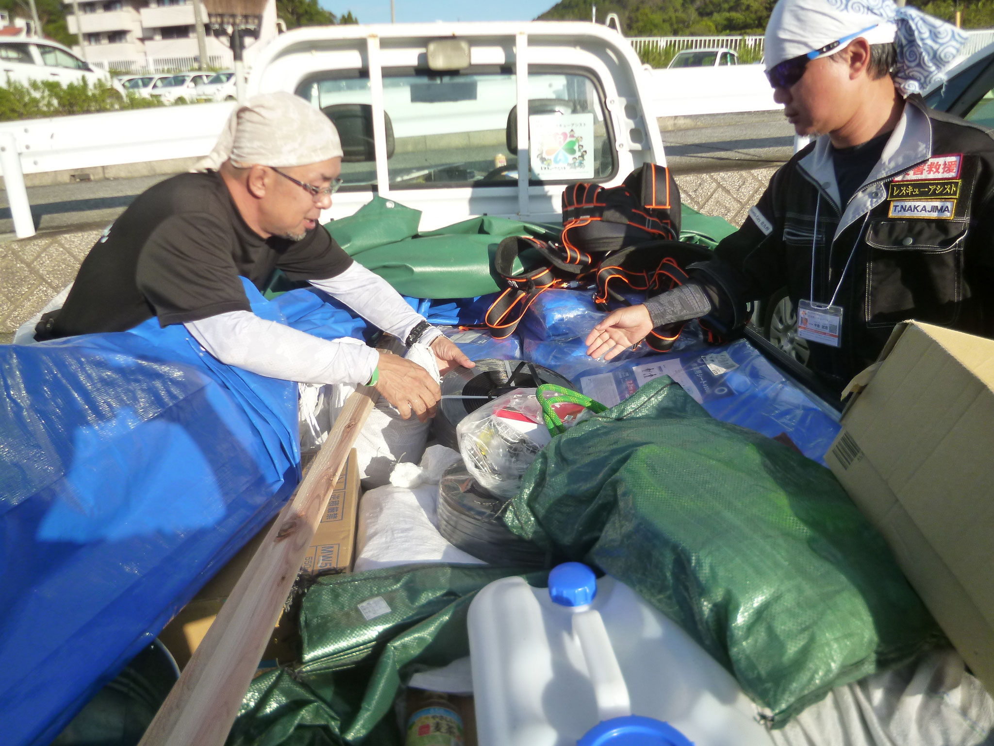 軽トラに屋根ボラ荷物満載。大阪から来たNPOレスキューアシスト。