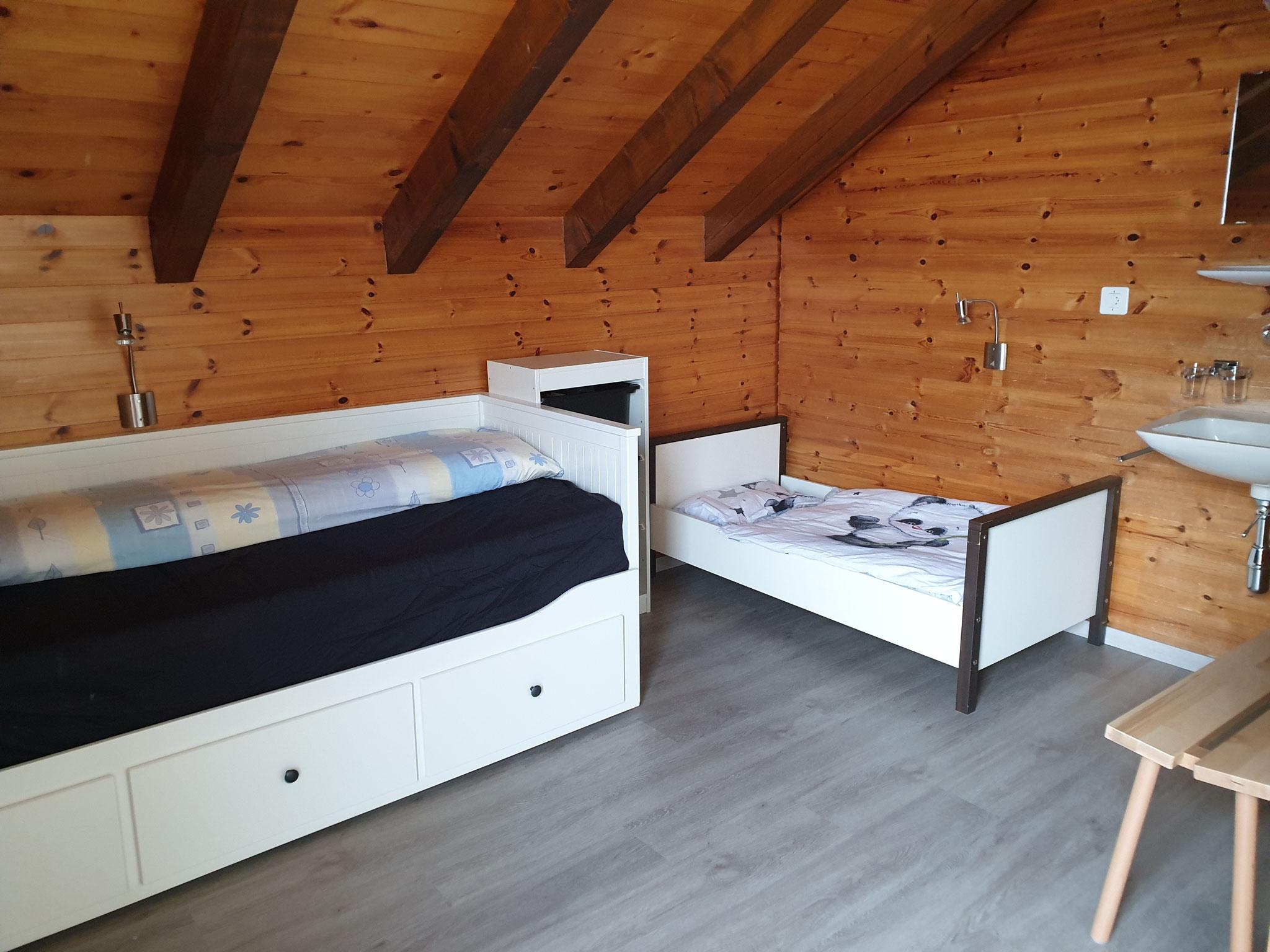Schlafzimmer 2 (mit Kinderbett)