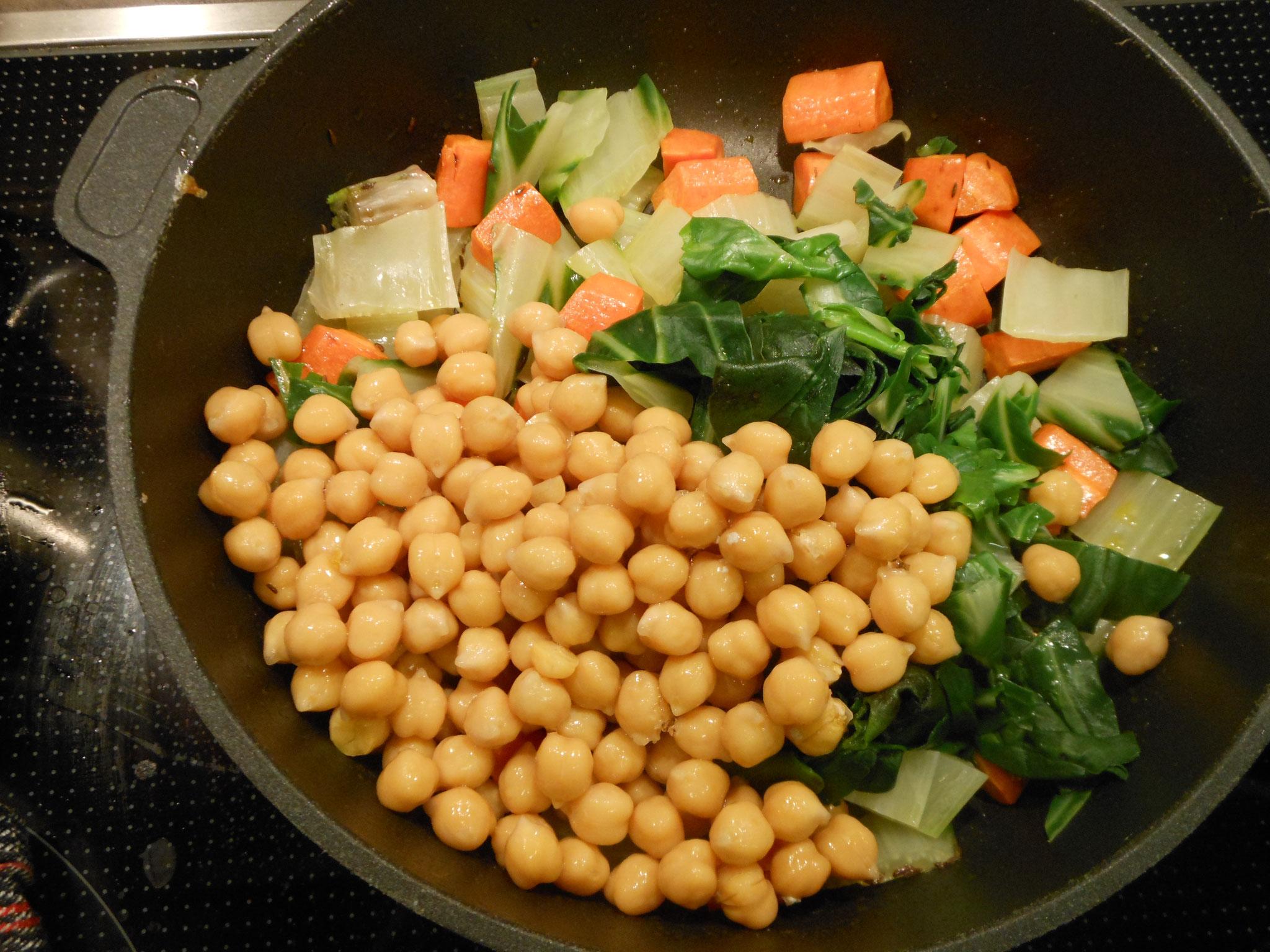 Zuletzt das gehackte Koriandergrün, Minze, Knofel und Zitronensaft, Pfeffer und Salz dazugeben.