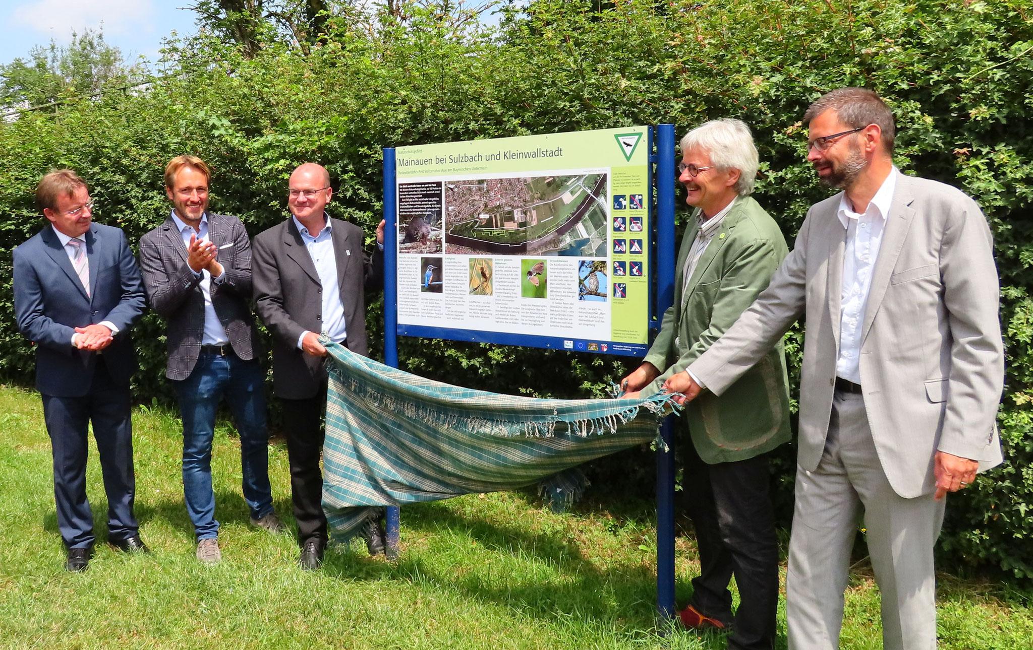 Bürgermeister Köhler mit Amtskollegen Stock enthüllen gemeinsam mit Dr. Schäffer (LBV), Richard Mergner (BN) und Landrat Scherf die neue Infotalfel