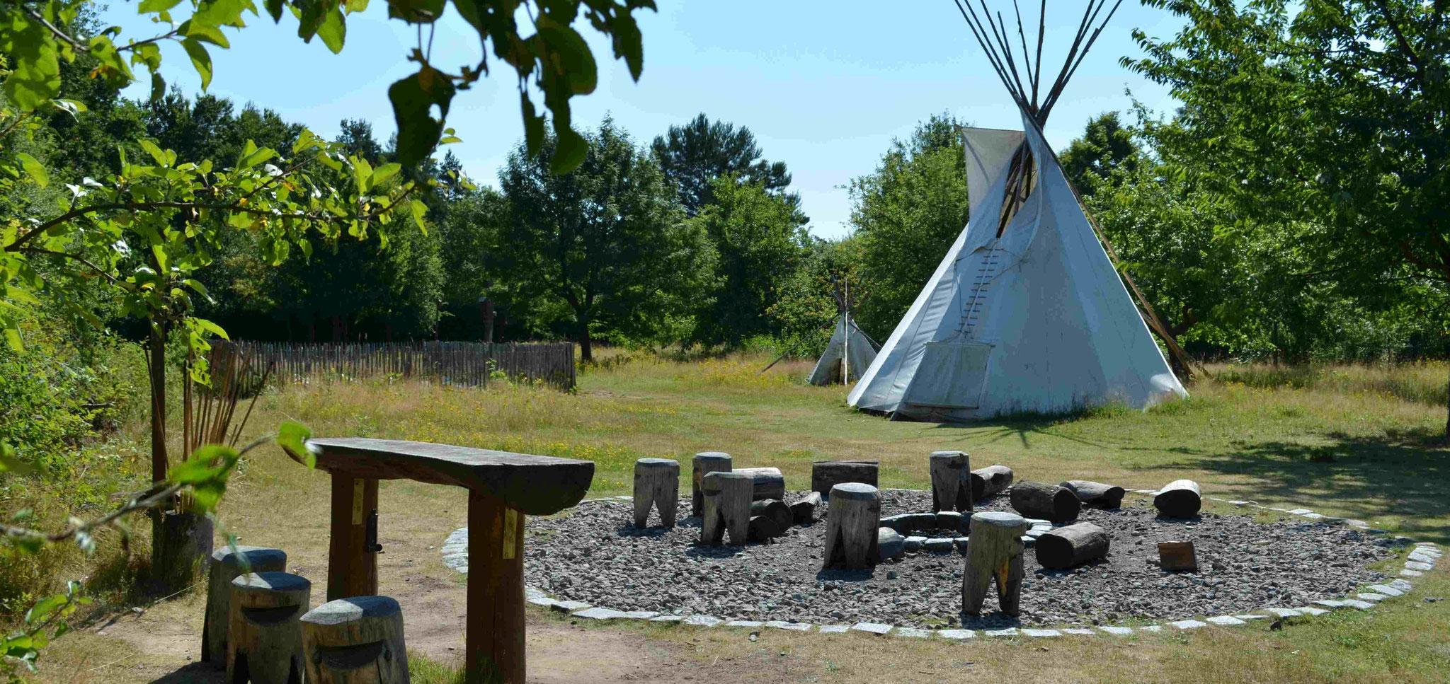Lagerfeuerplatz mit Wiese und Indianertipi