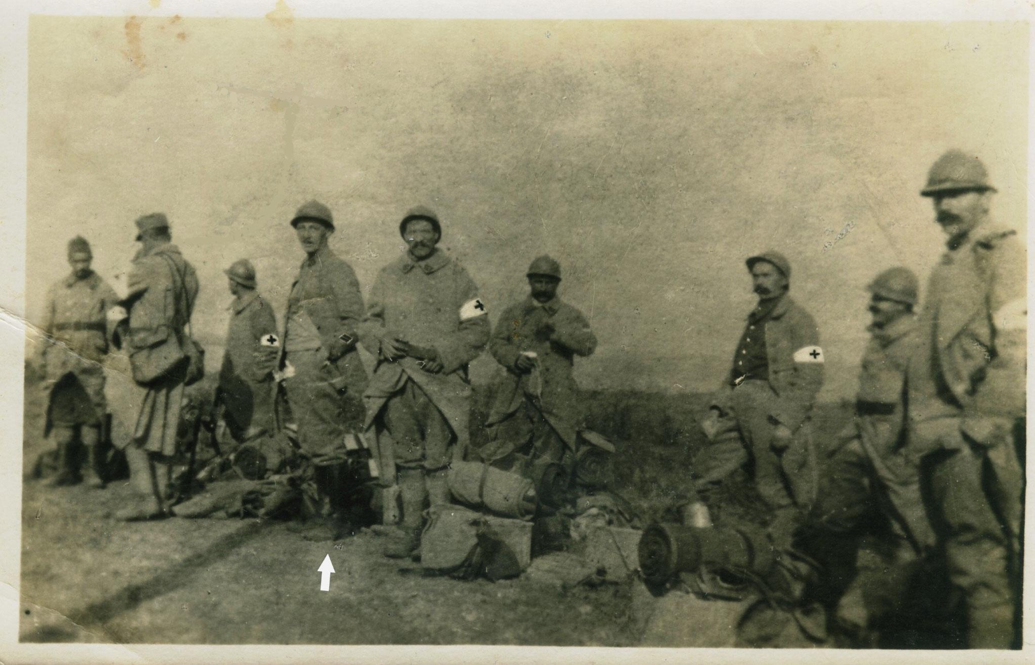 Au-dessus de la flèche blanche Francis COQUIL né le 20 janvier 1896 à Irvillac (Finistère), sergent de la 11ème section des infirmiers militaires en 14-18.