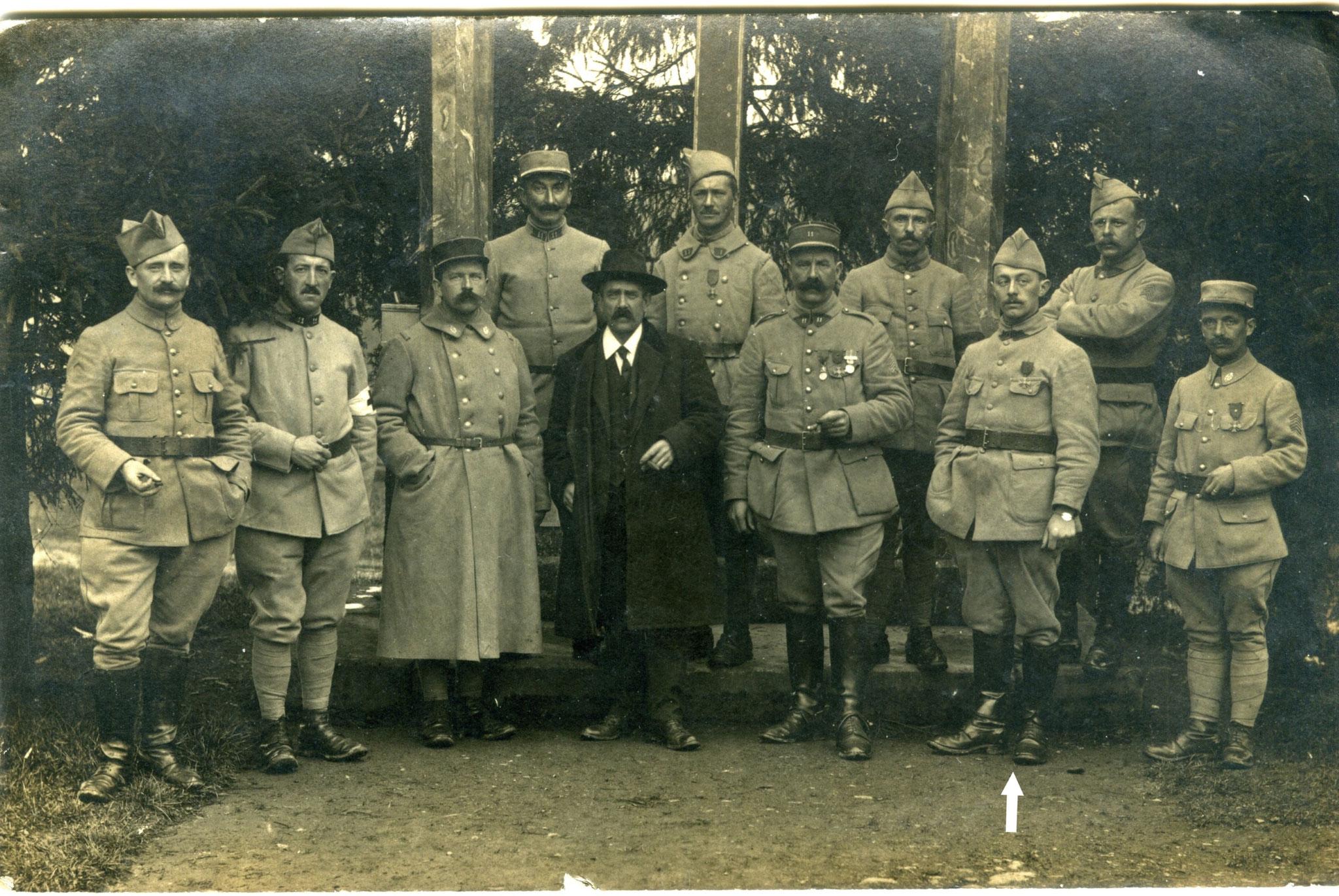 Fait à Wiltz (Grand-Duché de Luxembourg) fin 1918, au-dessus de la flèche blanche Francis COQUIL.  Il se peut que la personne en civil soit le médecin principal THORIS du 11ème CA qui lui a remis la médaille du mérite.