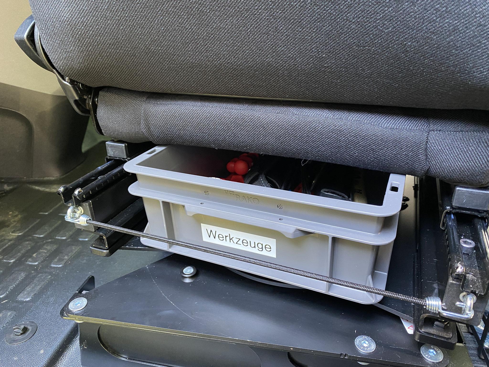 Werkzeugkiste unter Fahrersitz
